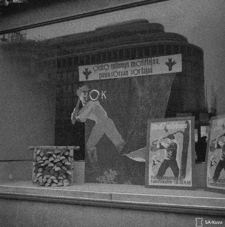 Helsinkiläinen näyteakkuna, joka onnistuneesti mainostaa mottitalkoita 30.11.1942. SA-kuva.