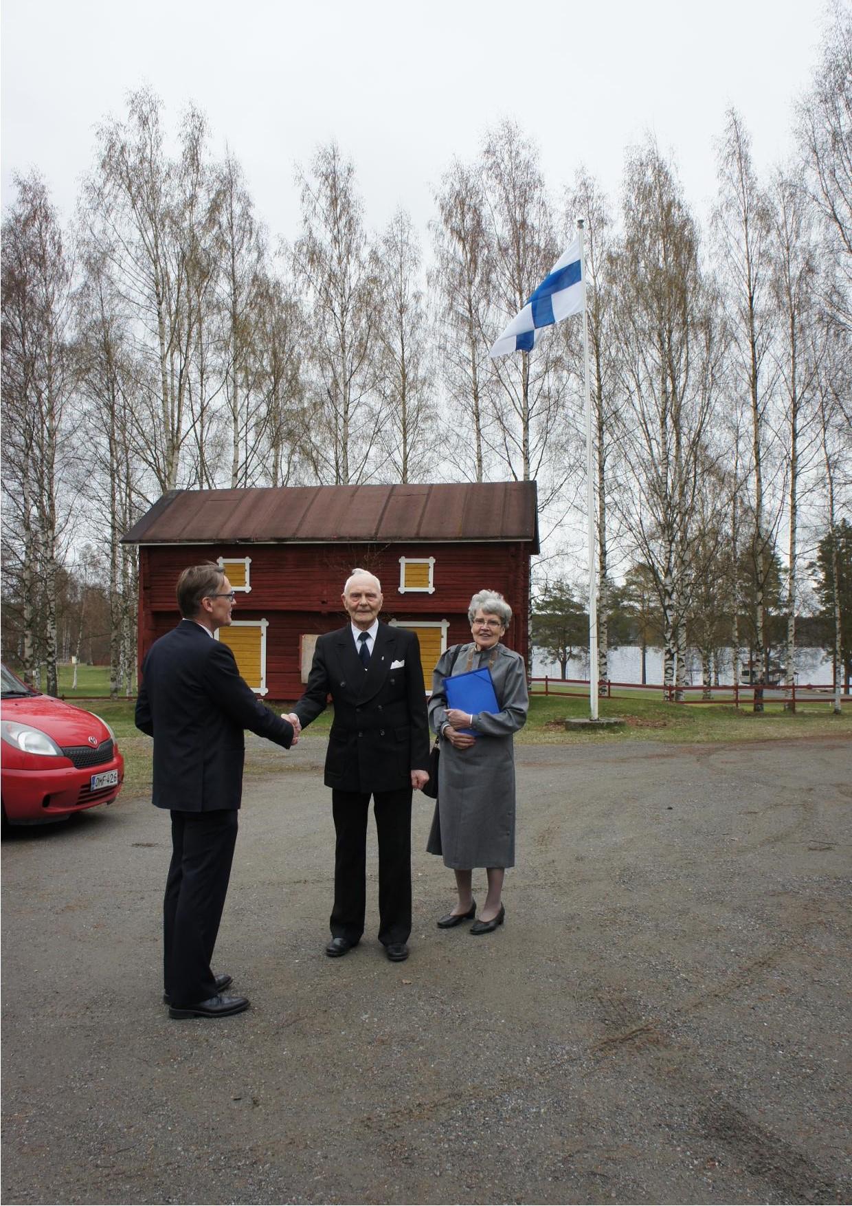 Aarre ja Kerttu Öörni saapumassa kotiseututalo Taavintuvalle, jossa juhla pidettiin jo lauantainan 10.5.. Heitä oli vastaanottamassa Riitta tyttären puoliso Mikko Päällysaho.
