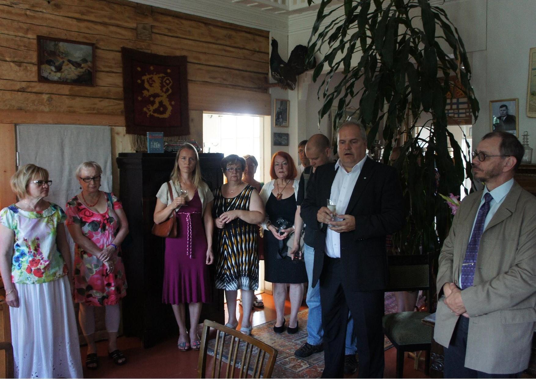 Veturimiesliiton puheenjohtaja Risto Elonen ja Lieksan kaupunginvaltuuston puheenjohtaja Ari Marjeta etualalla, joka avasi valokuvanäyttelyn.