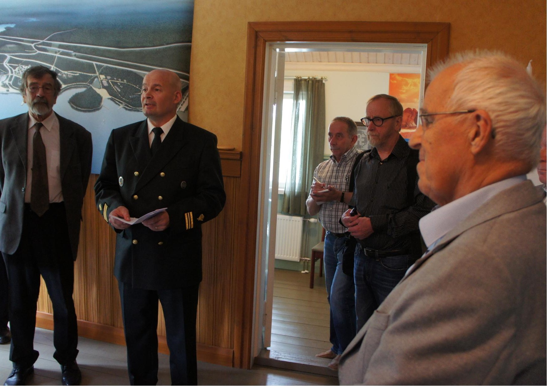 Lieksan rajavartioaseman päällikkö kapteeni Markku Hassinen suoritti näyttelyn avauksen.