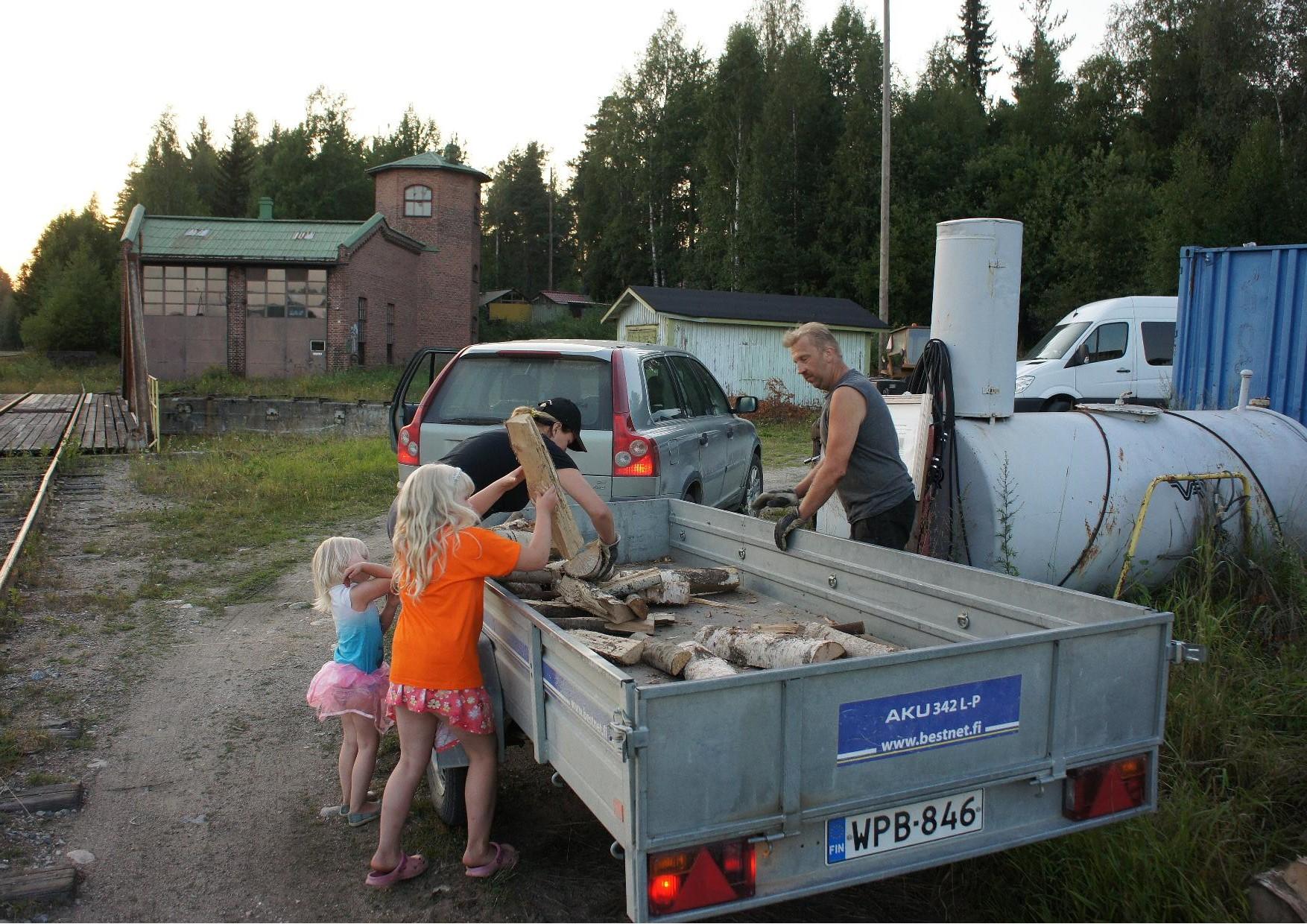 MTK-Lieksa ry:n puheenjohtaja Anu Haapalainen ja hänen puolisonsa Kari sekä lapset Ella Ja Jenny toivat höyryjunalle kuivia halkoja.