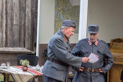 Mottimestari-Ilomantsi, kuva ote näytelmän esittelystä Ilomantsin näytelmäkerhon nettisivulta.