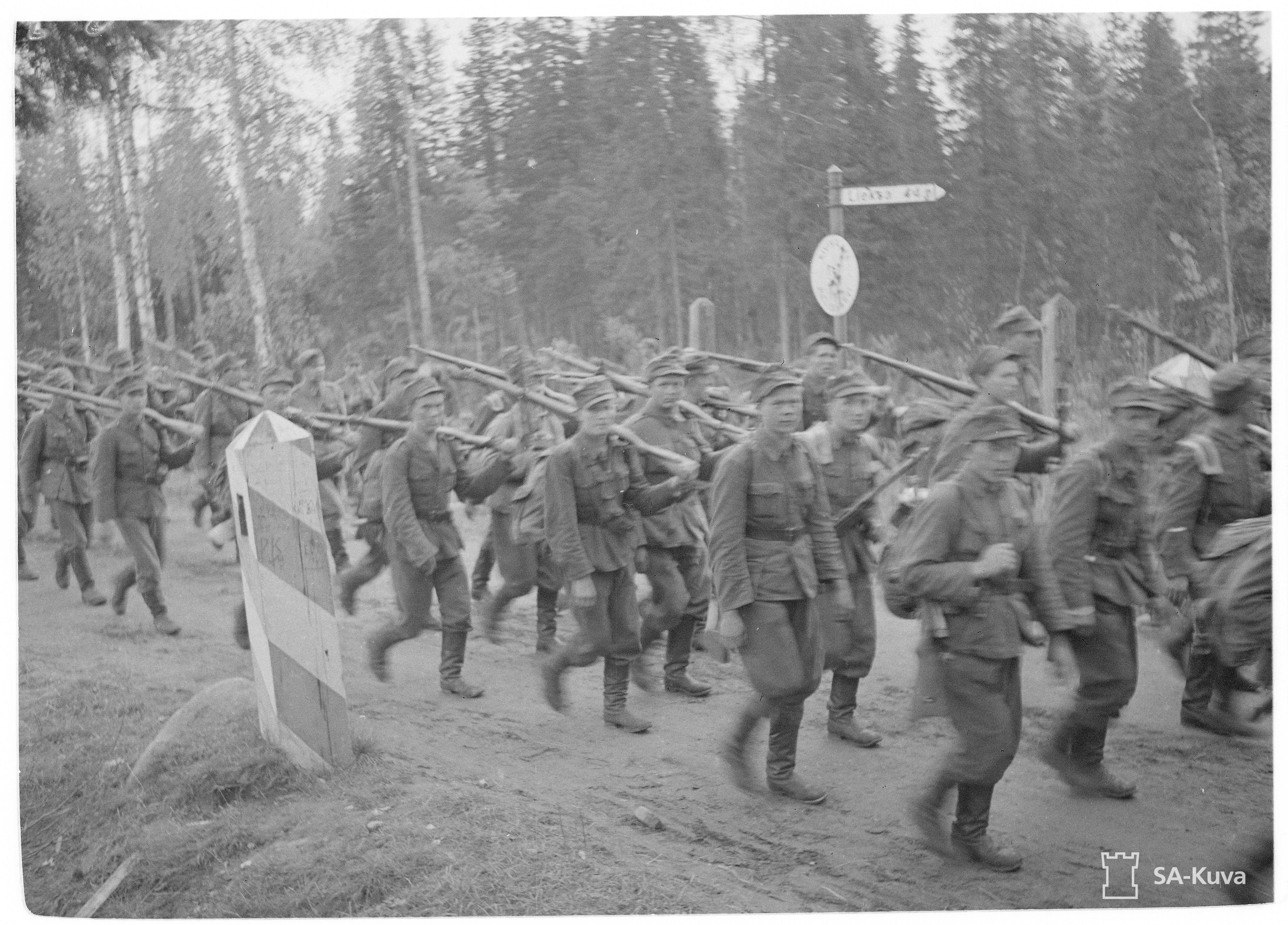 JR 10 ja Er.P 24 saapuvat valtakunnan rajalle 26.9.1944 ja ylittävät sen. SA-Kuva 165116.
