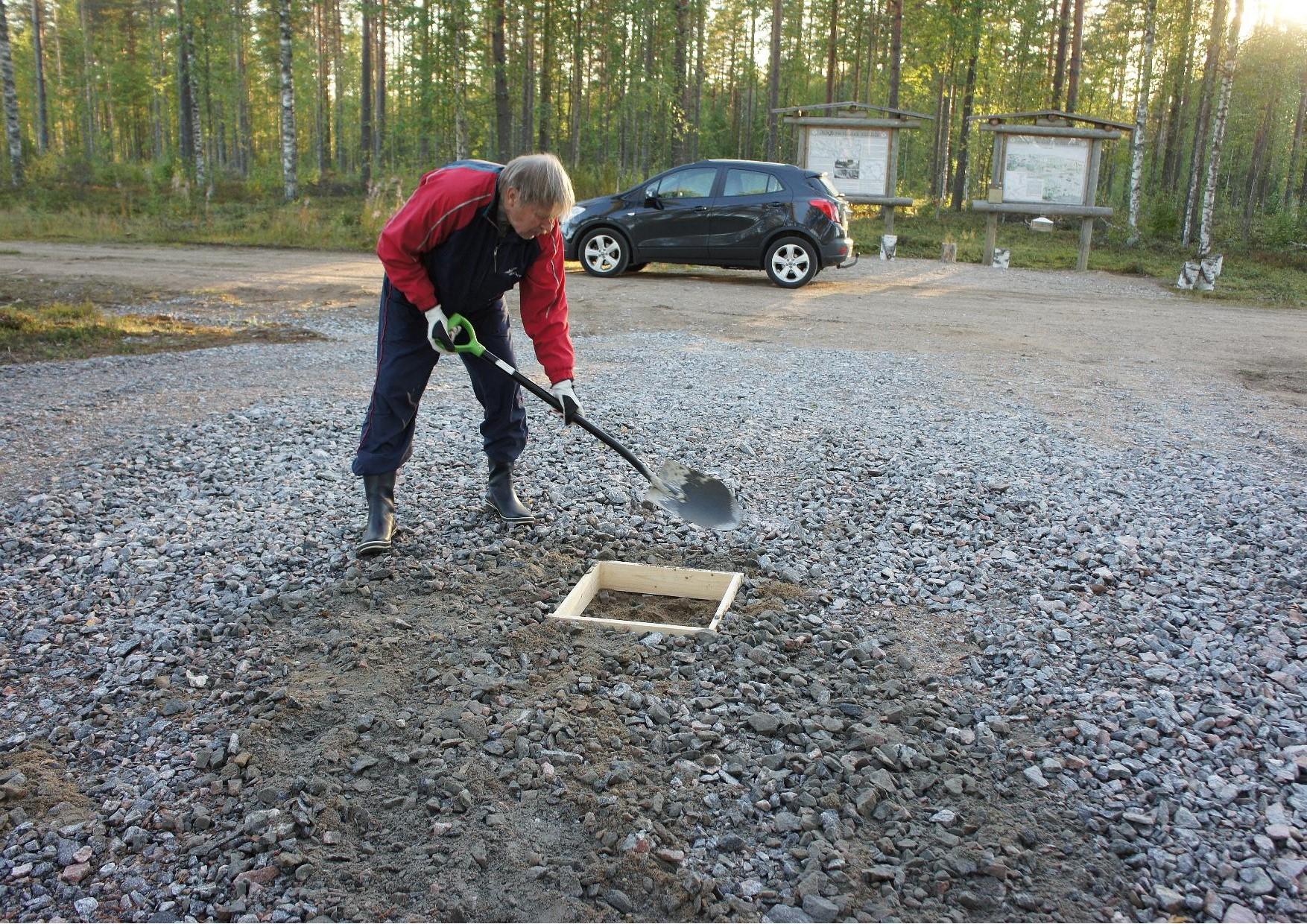 Jukolan motin peruskiven muotin rakensi ja asensi paikalleen Hannu Huuskonen. Laavu rakennetaan opasteista katsoen tien vastakkaiselle puolen.