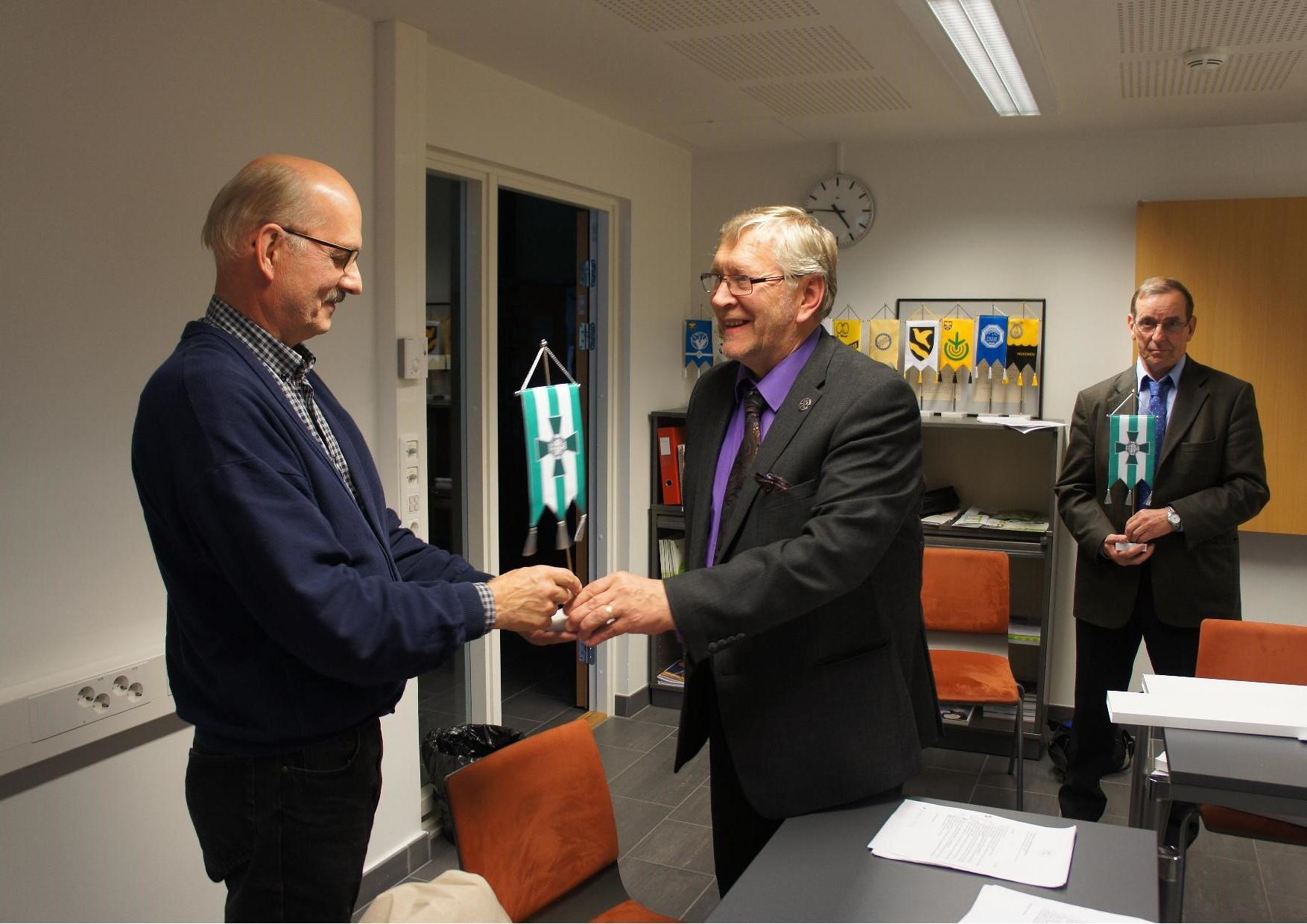 Hallituksen jäsenenä vuosina 2012-2014 toiminelle Pentti Kärkkäiselle luovutettiin yhdistyksen standaari.