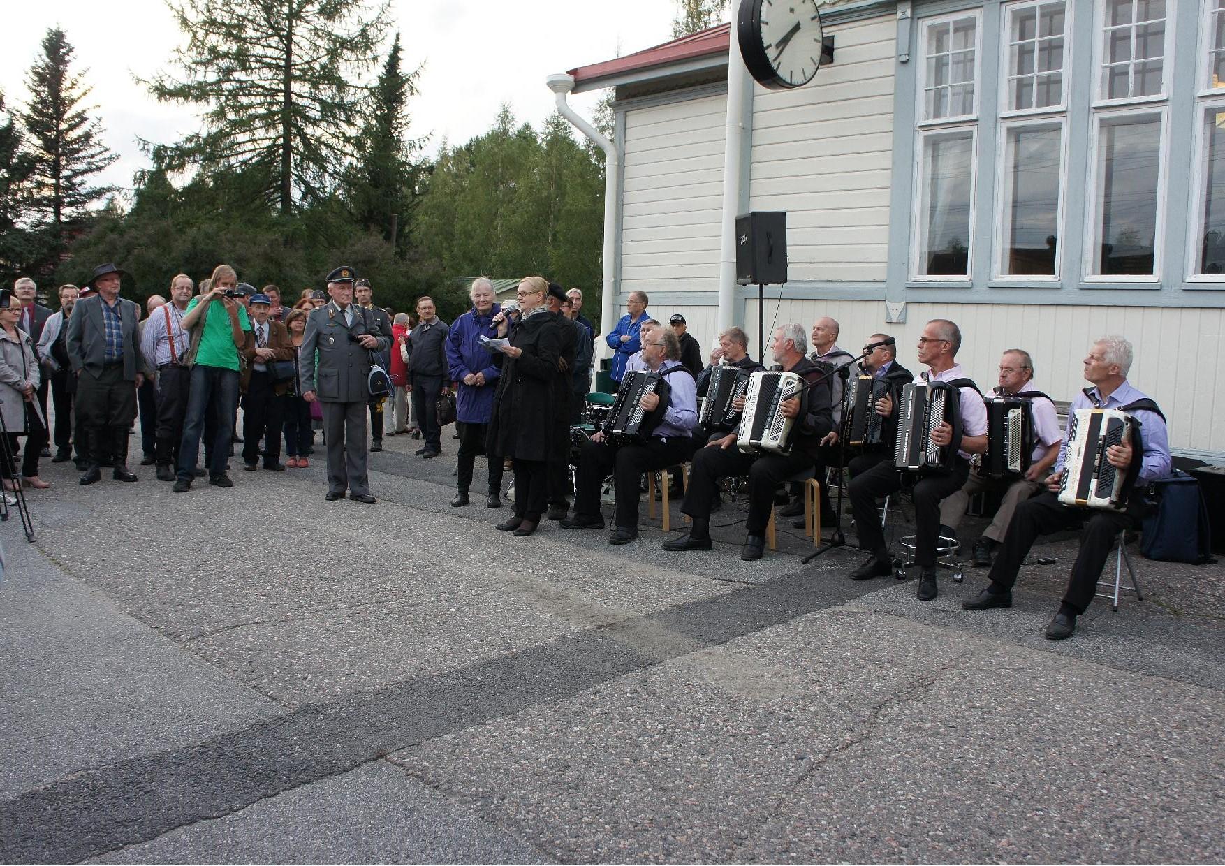 Kajaanin asemalla kaupungin järjestämään juhlaan osallistui satamäärin yleisöä.