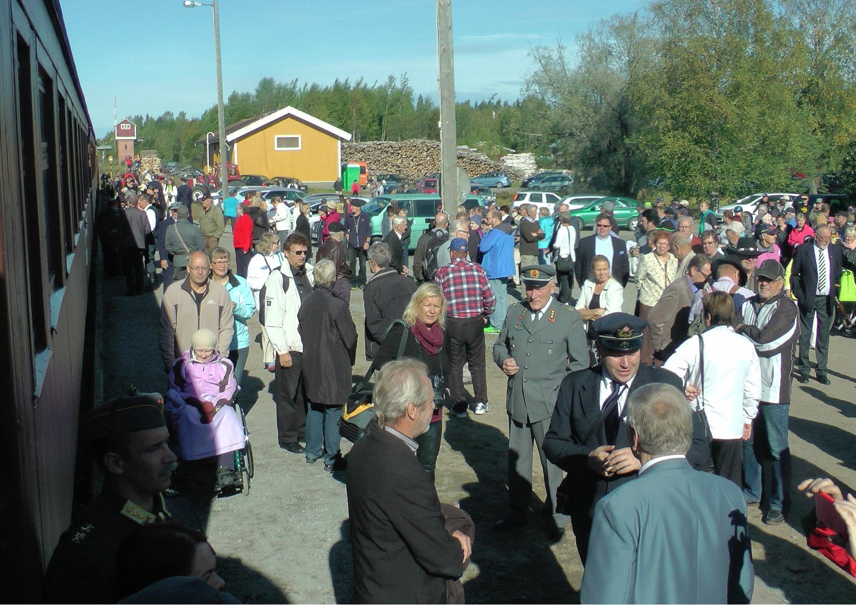 Kiuruveden asemalla oli paljon väkeä saattelemassa veteraanijunaa 4.9.2014.