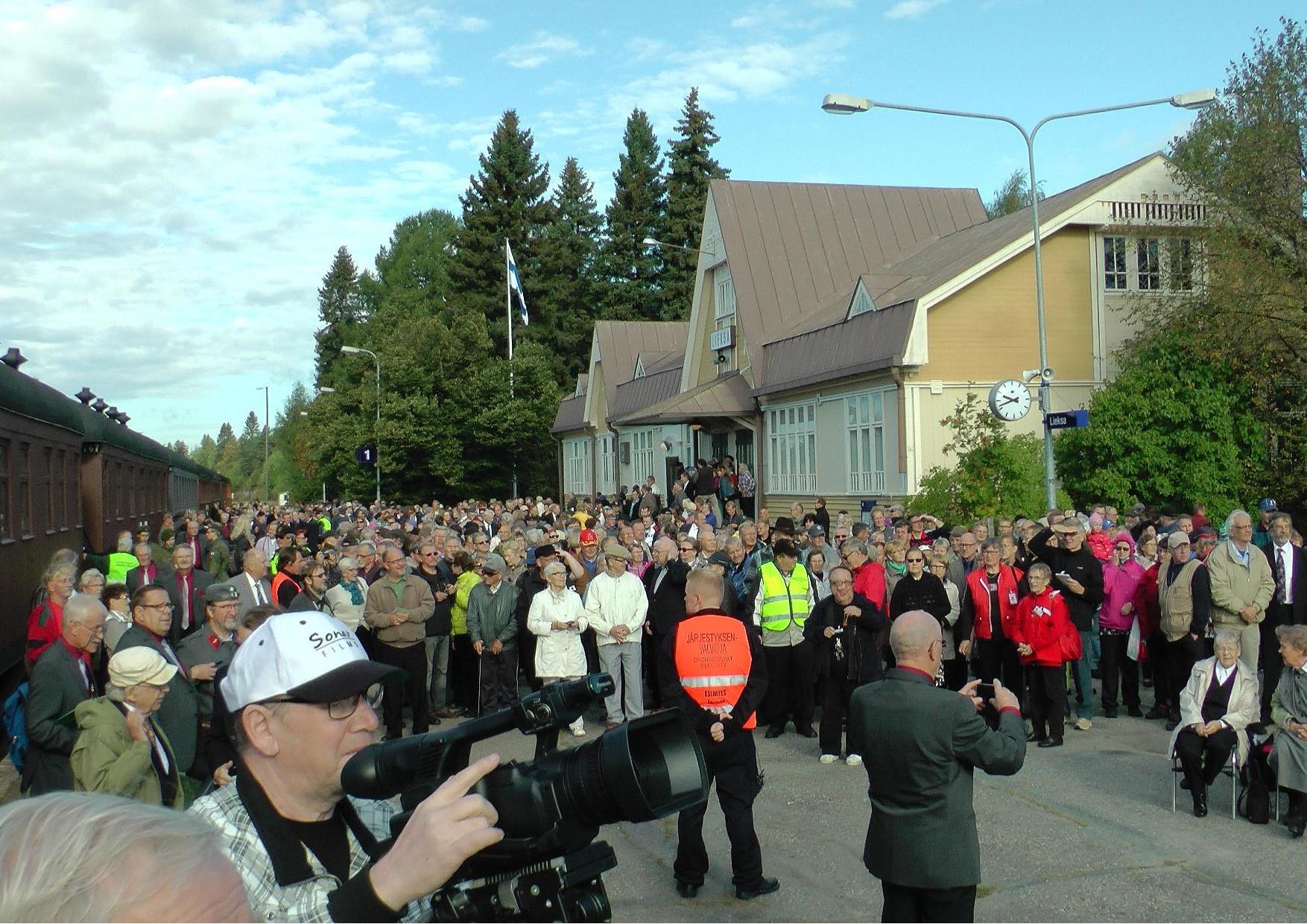 Lieksan asemalle oli kokoontunut useita satoja ihmisiä ottamaan vastaan Kiuruvedeltä saapuvan juhlajunan.