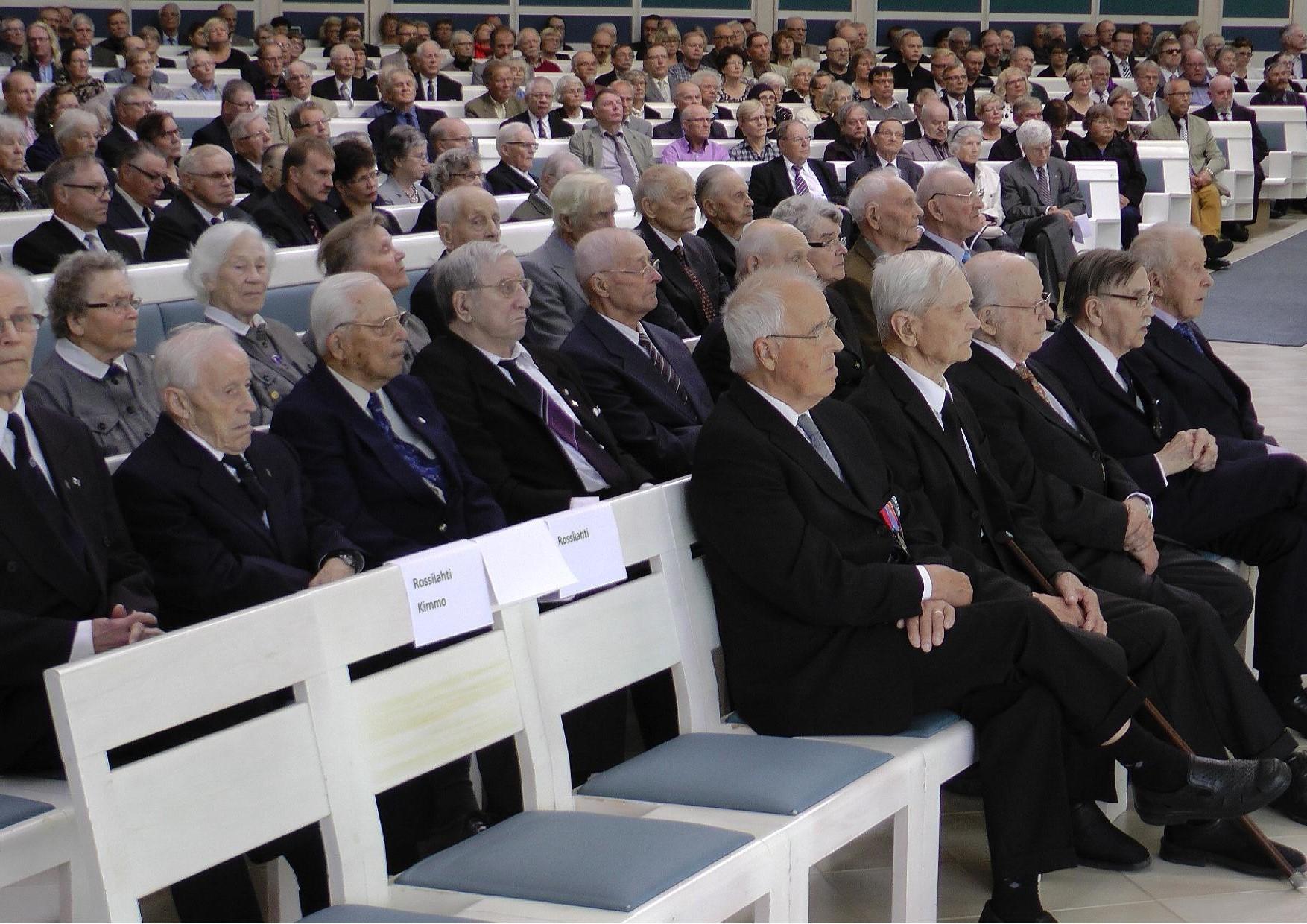 Lieksan kansalaisjuhlassa veteraanit ja lotat istuivat kirkkosalin oikealla puolen. Eturivissä kolmikko, jotka osallistuivat Jatkosodassa Suomen ja Neuvostoarmeijan välillä käytyyn viimeiseksi jääneeseen taisteluun 16.8.1944. Vasemmalta lukien Olavi Tiittanen (92 v.), Tauno Tikkanen (98 v. hän oli juhlan vanhin osallistuja) sekä Maunu Kankaanpää (93 v.)
