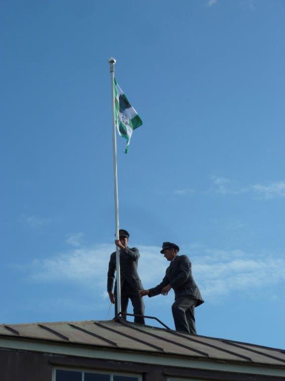 Rukajärven lippu nousi Lieksan asemamakasiinin lippusalkoon heti kun Juhlavieraat saapuivat. Lippu laskeutui klo 17.30 juhlajunan lähdettyä juhlaan osallistuneen vanhimman veteraanin Tauno Tikkasen vilkuttaessa hyvästit viimeisen vaunun viimeisestä ikkunasta.