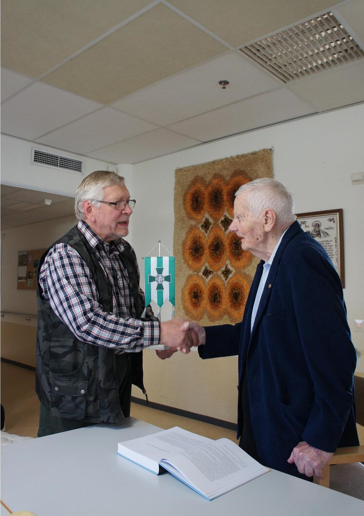 Rukajärven suunnan historiayhdistys luovutti 16.9.2014 veteraani Pentti Perttulille teoksen Raappanan Nyrkki ja yhdistyksen standaarin.