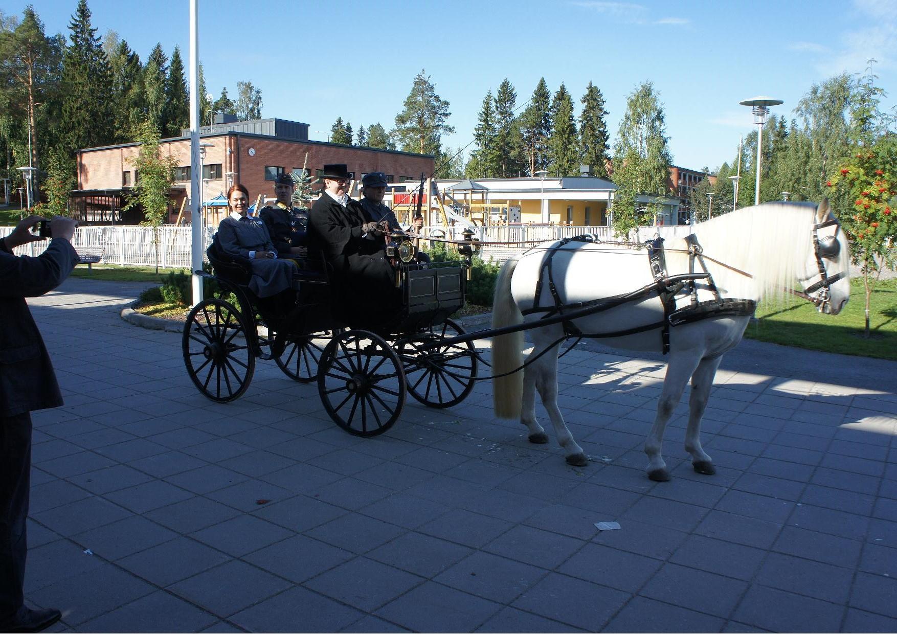 Ylipäällikkö Mannerheim matkusti Kiuruveden kulttuuritalolta asemalle valkoisen hevosen vetämillä vaunuilla. Mannerheimin rinnalla istiui lottapukuun pukeutunut Sannamaria Heikkinen, joka toimi juhlajunassa ensiaputehtävissä.