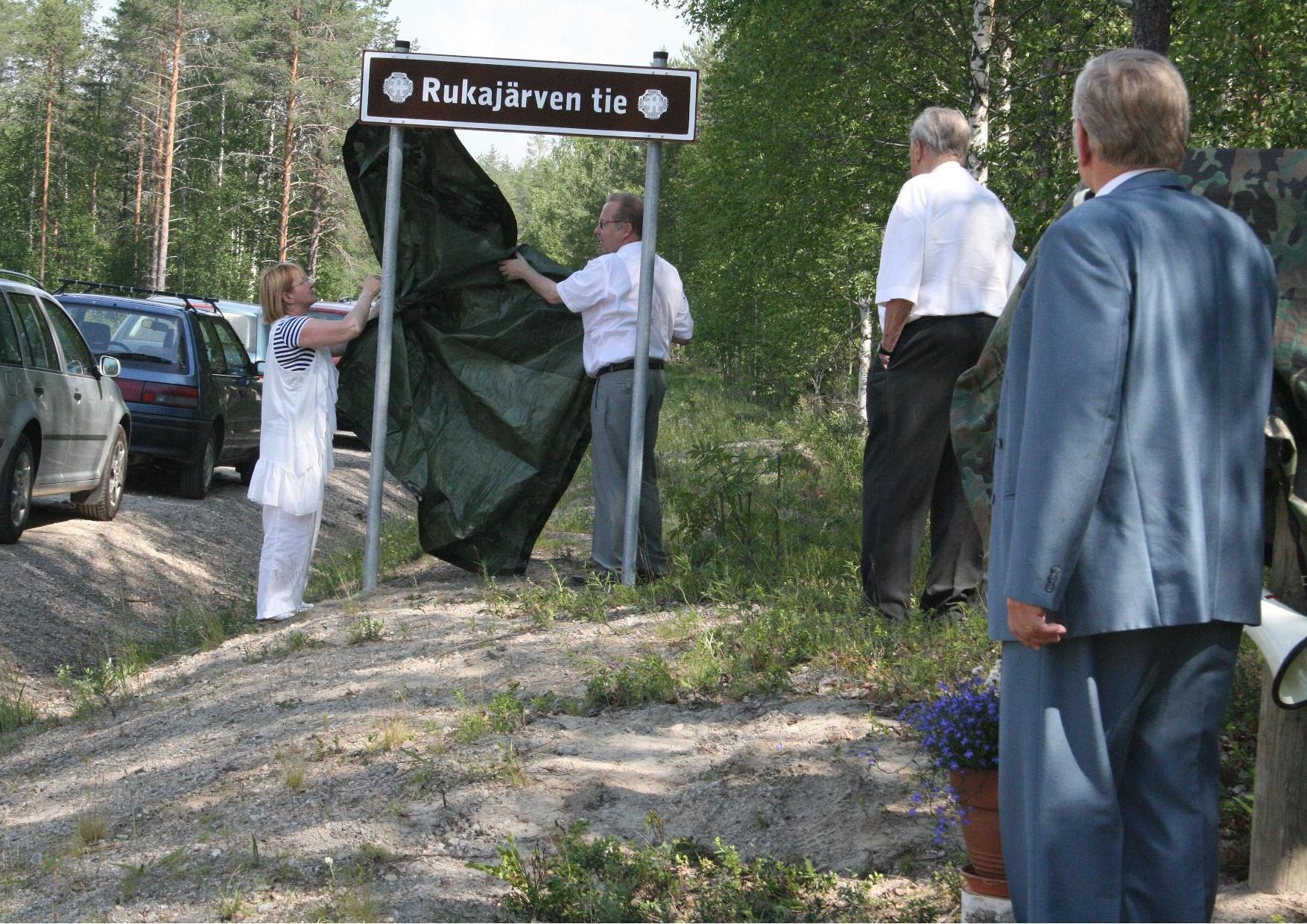 Rukajärven tie nimettiin Jukolan Motissa 2.7.2011 pidetyssä juhlassa. Rukajärven tien viitan paljastivat Lieksan kaupunginhallituksen puheenjohtaja Maija.Liisa Riikonen ja kaupunginjohtaja Esko Lehto.