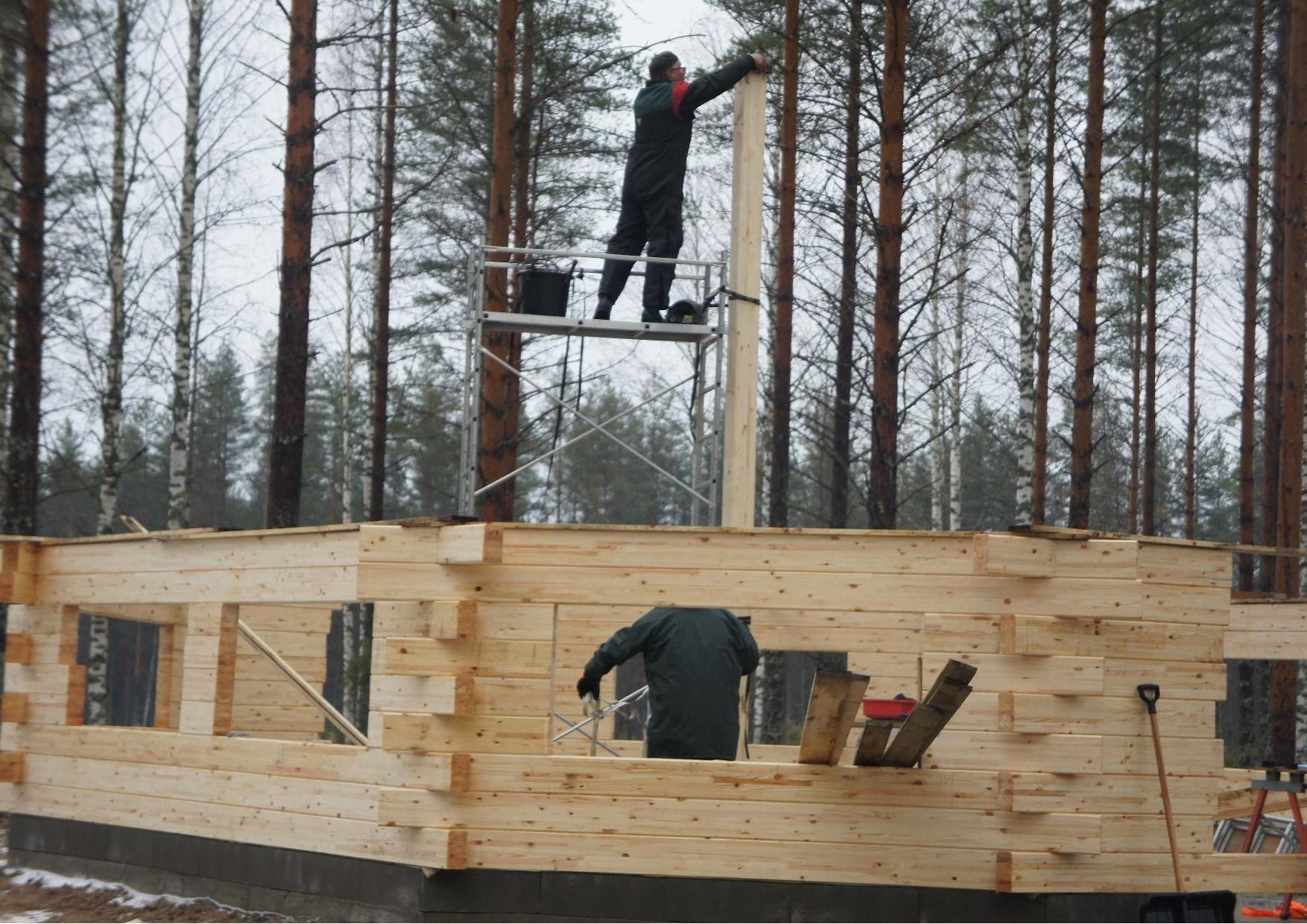 Heikki Turunen asensi keskisalon ja sen latvaan tulevat tukiraudat. Korkeutta keskisalolla on peräti 5,2 m.