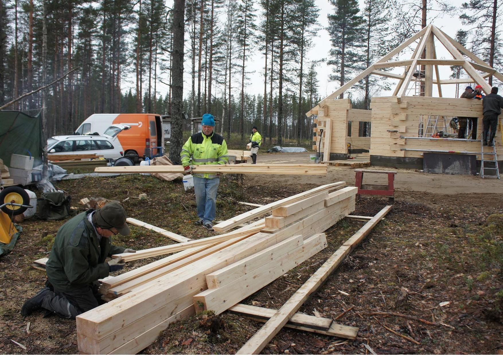 Pentti Laitinen, Kai Ekholm ja Matti Heikkinen siirtävät kotonaluset suojaan.