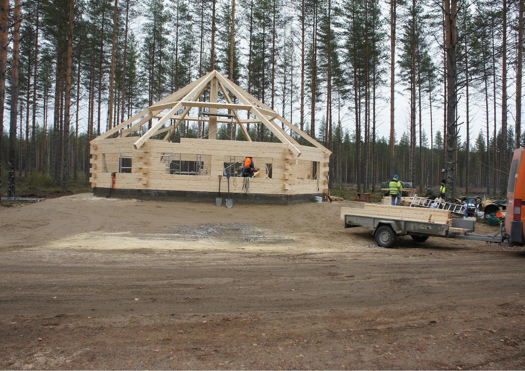 Rakennustarvikkeita tuli, katonaluslaudat ovat nyt tontilla. SuomiPuu Oy ja Anaika Wood Ltd avustivat hankinnassa.
