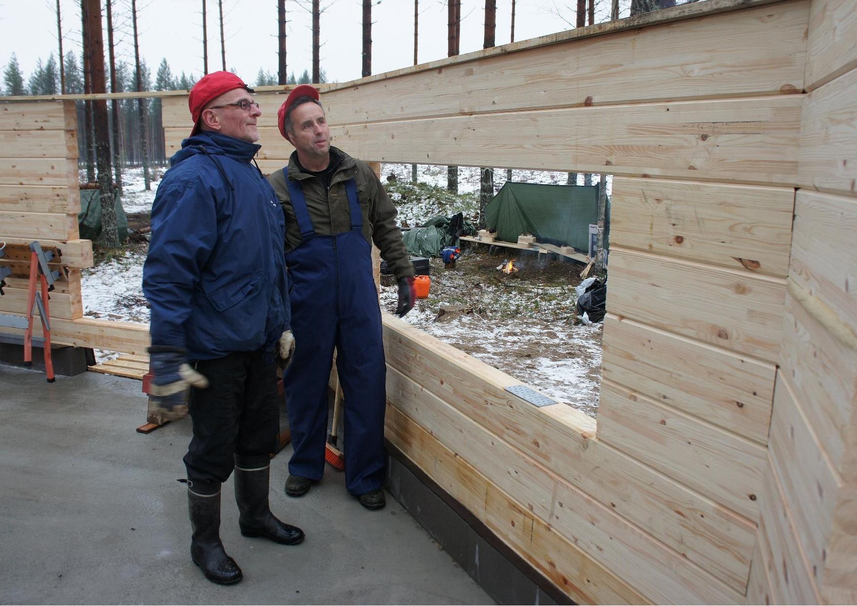Arto Turpeinen ja Jouni Könttä tarkastelivat rakennustyön jälkeä, jonka hyväksi havaitsivat. Hirret ovat paikallisesta Anaika Wood yrityksestä - laatutuotetta.