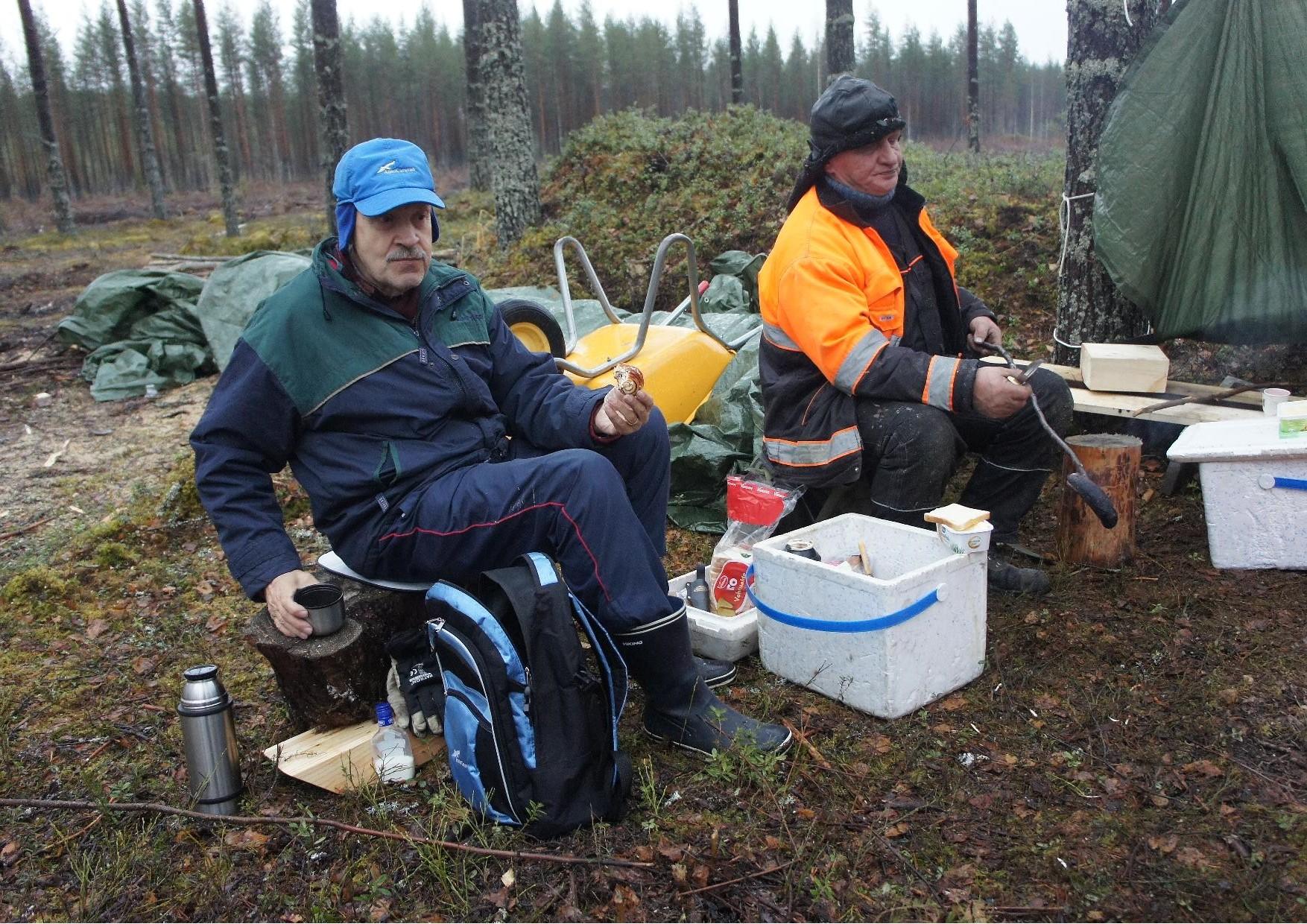 Hannu Huuskosta ja Matti Kilpeläistä ei sade haitannut.