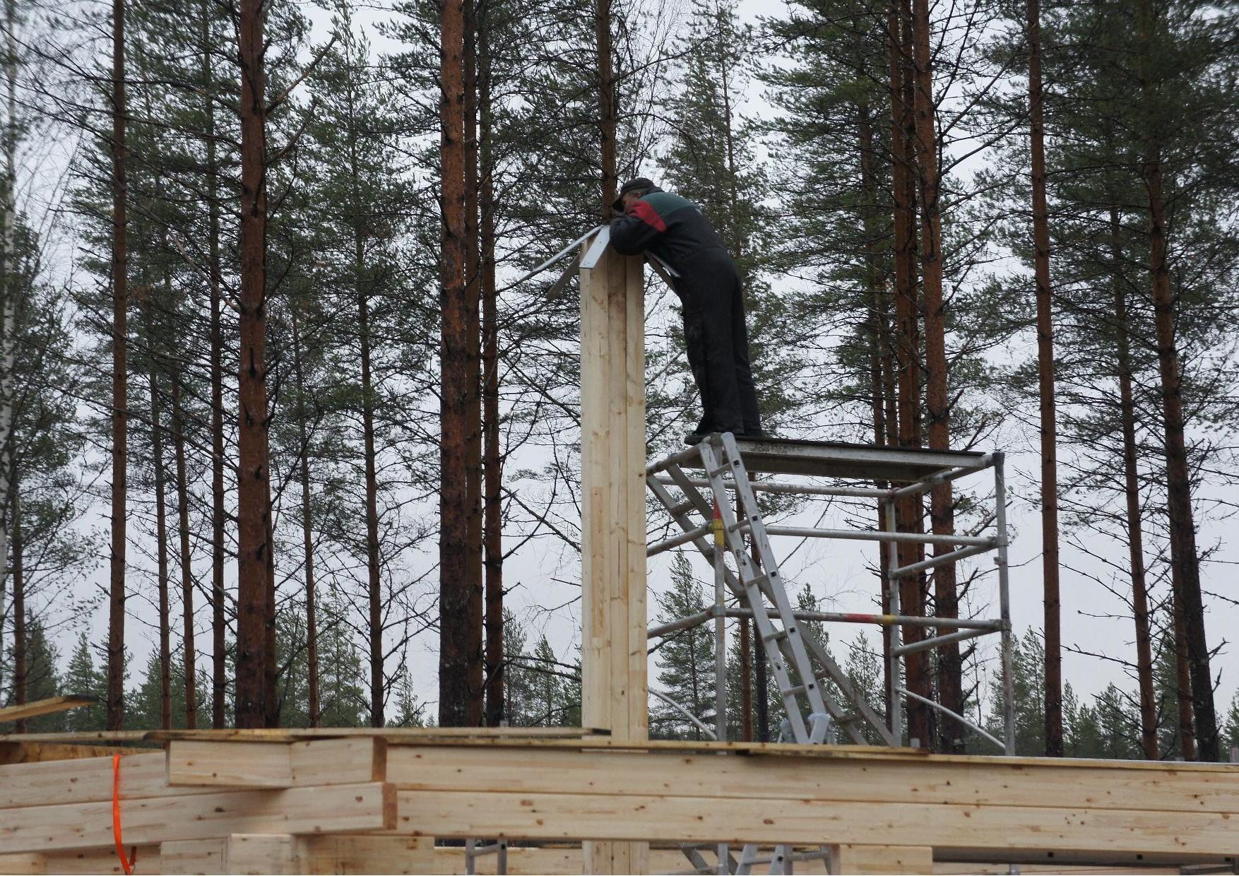 Heikki Turunen teki mitä lupasi. Keskipaalun kiinnike on valmis ja kattotuolien asentaminen voidaan aloittaa.