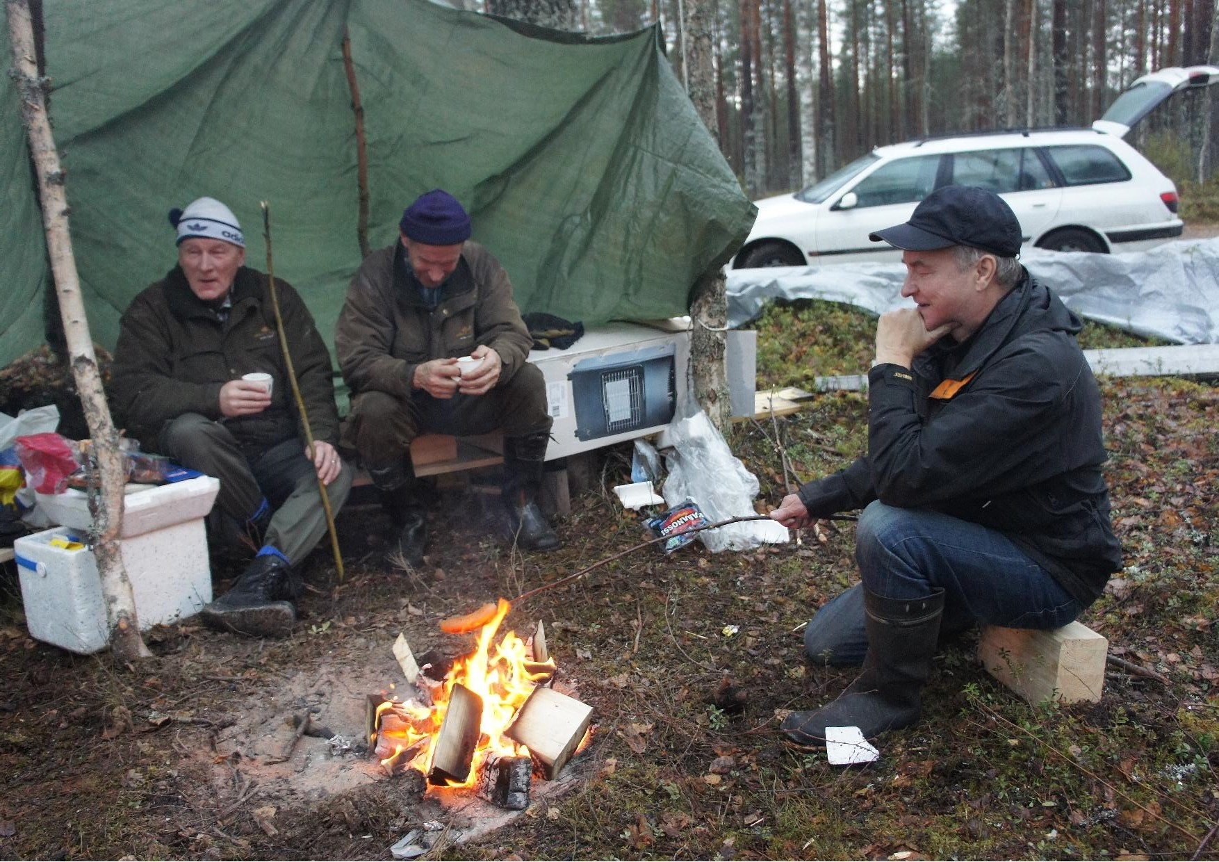 Tauno Oksanen, Tuomo Martikainen ja Sulo Eskelinen talkootyön välillä ruokailutauolla.