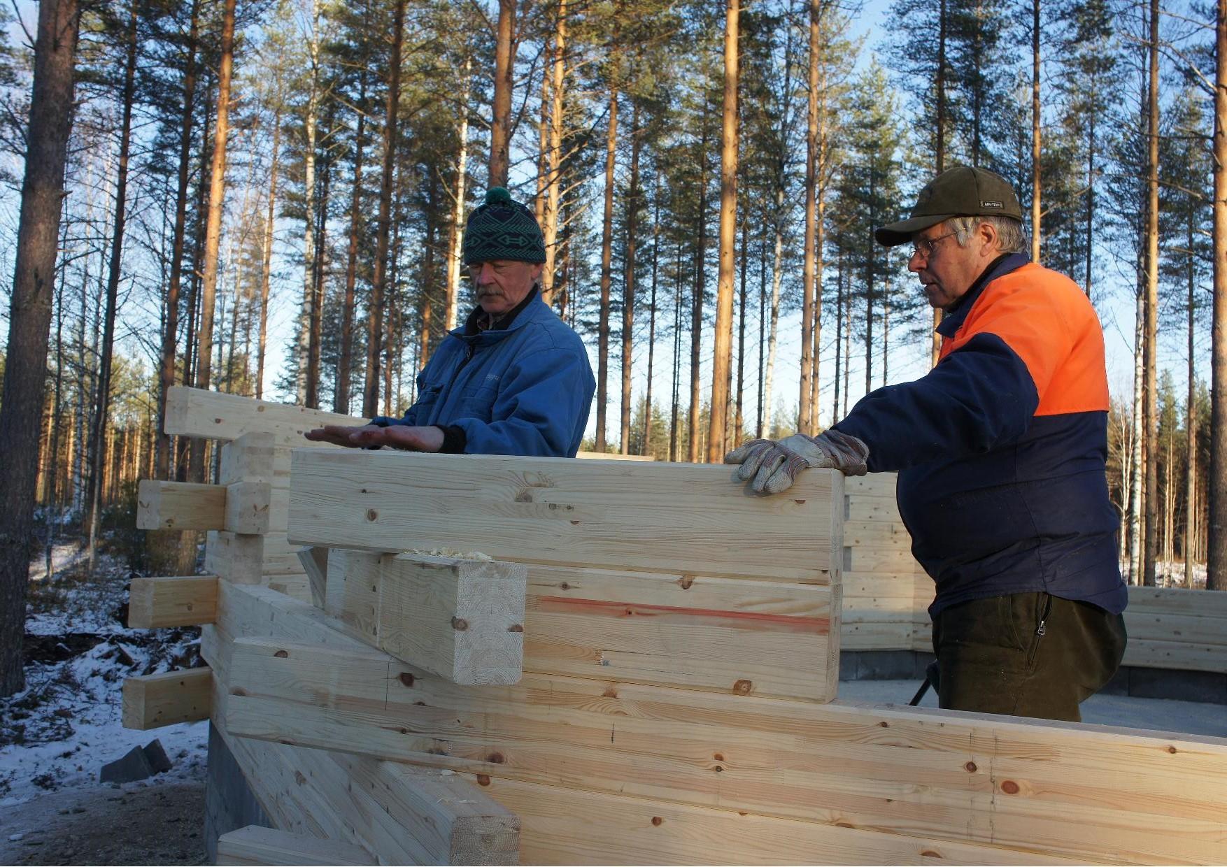 Nurkan asentaminen käynnissä Eero Väänänen ja Raimo Saviranta.