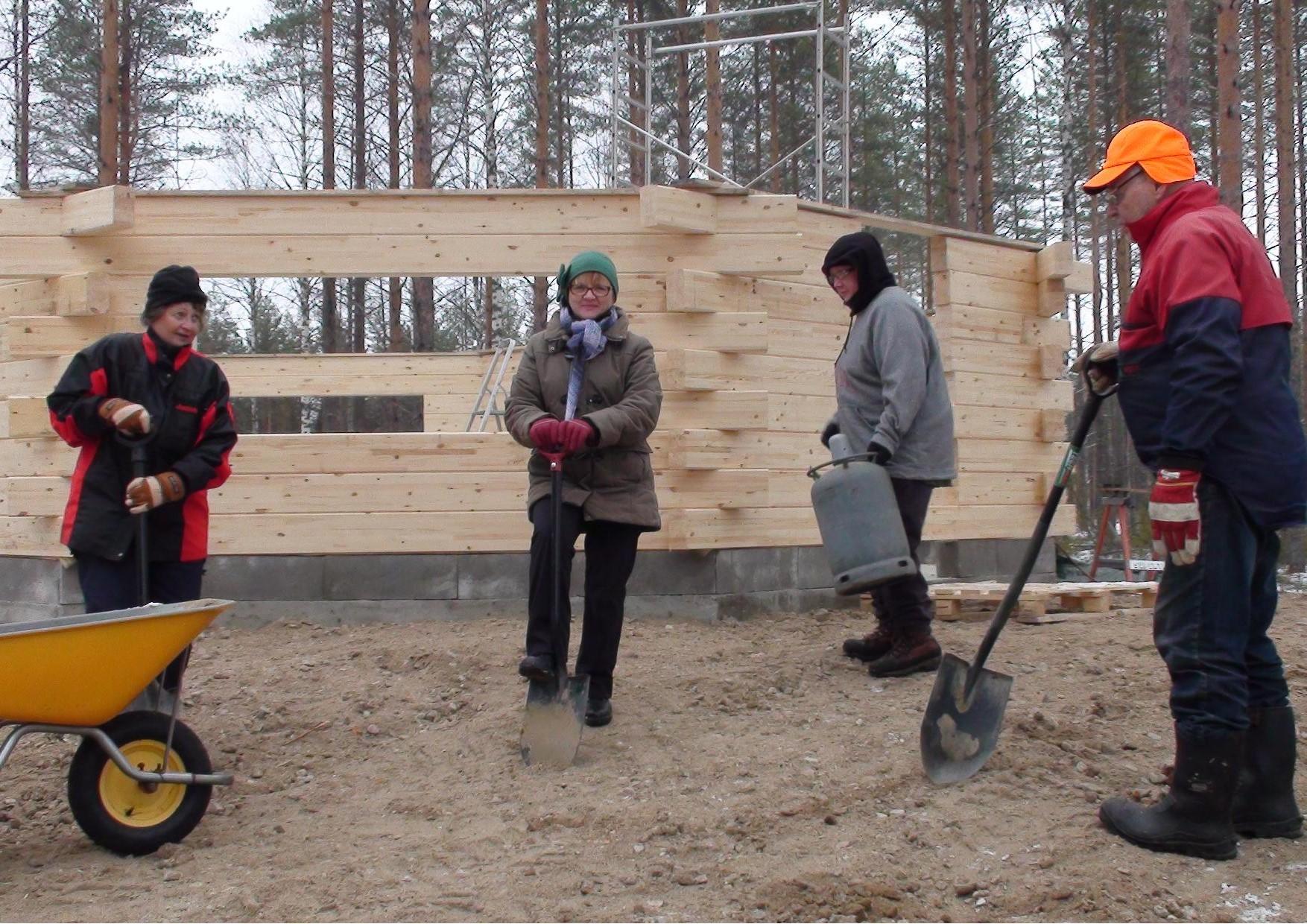 Kuvassa kodan pihatöissä Aila Aro, Maija Riikonen, Päivi Putkonen ja Esa Aro.