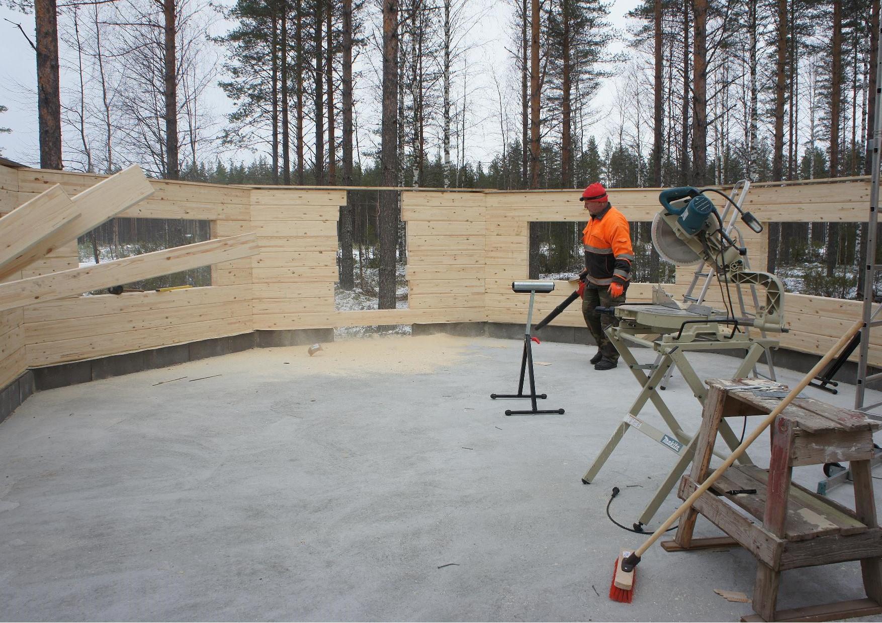 Matti Kilpeläinen siivoa kodan sisustaa kun seinät oli asennettu.
