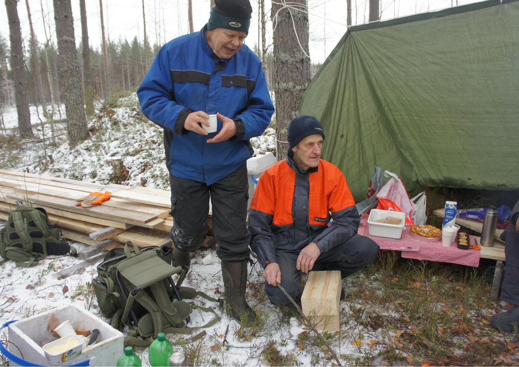 Mauri Mönkkönen ja Risto Piiroinen makkaranpaistopuuhissa talkootyön välissä.