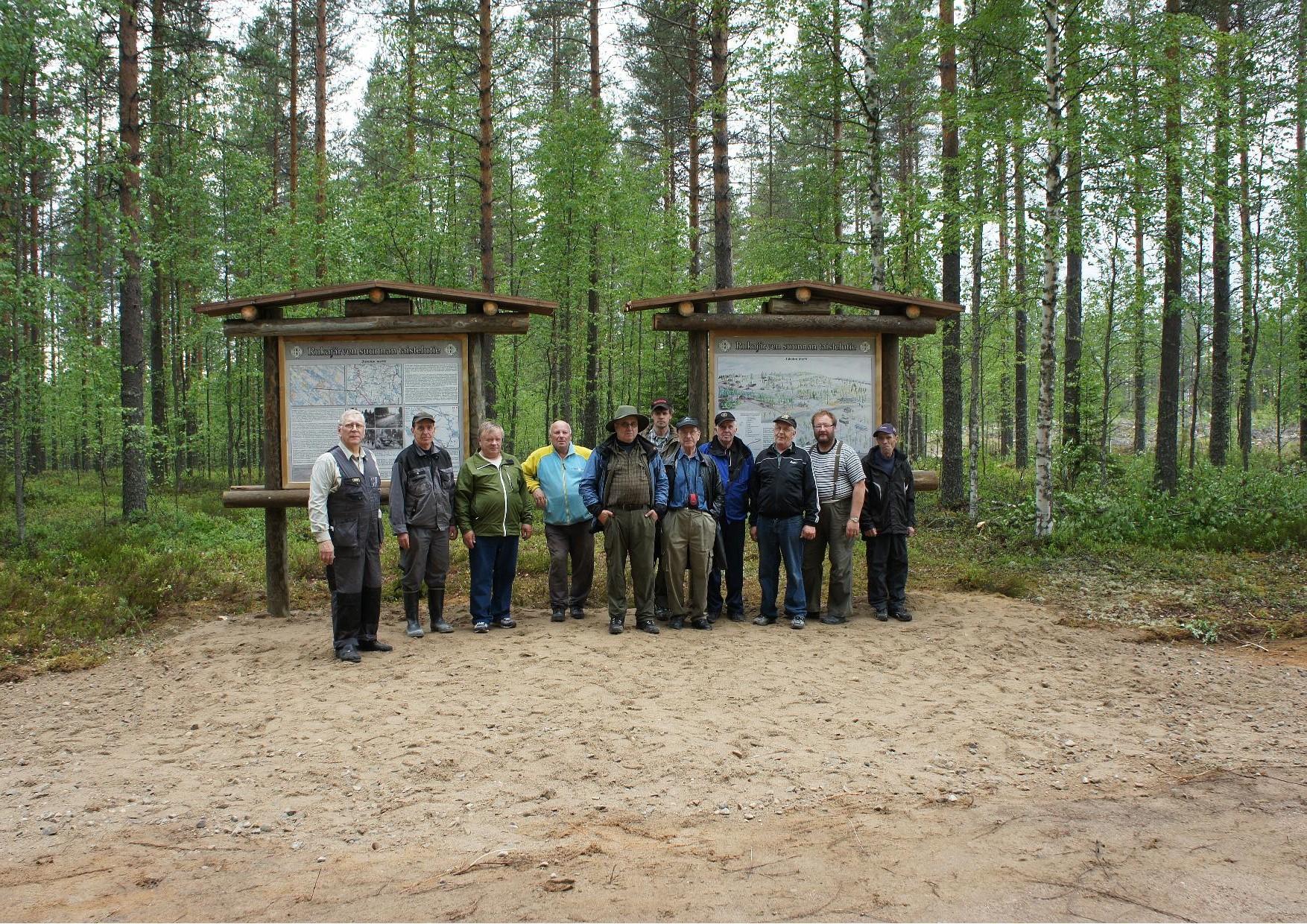 Rukajärven tien opasteet pystytettiin 18.6.2011 järjestetyillä talkoilla. Talkootyöhön osallistui kaikkiaan 53 henkilöä. Kuvassa Jukolan Motin opasteen pystyttämiseen osallistunut talkooporukka.