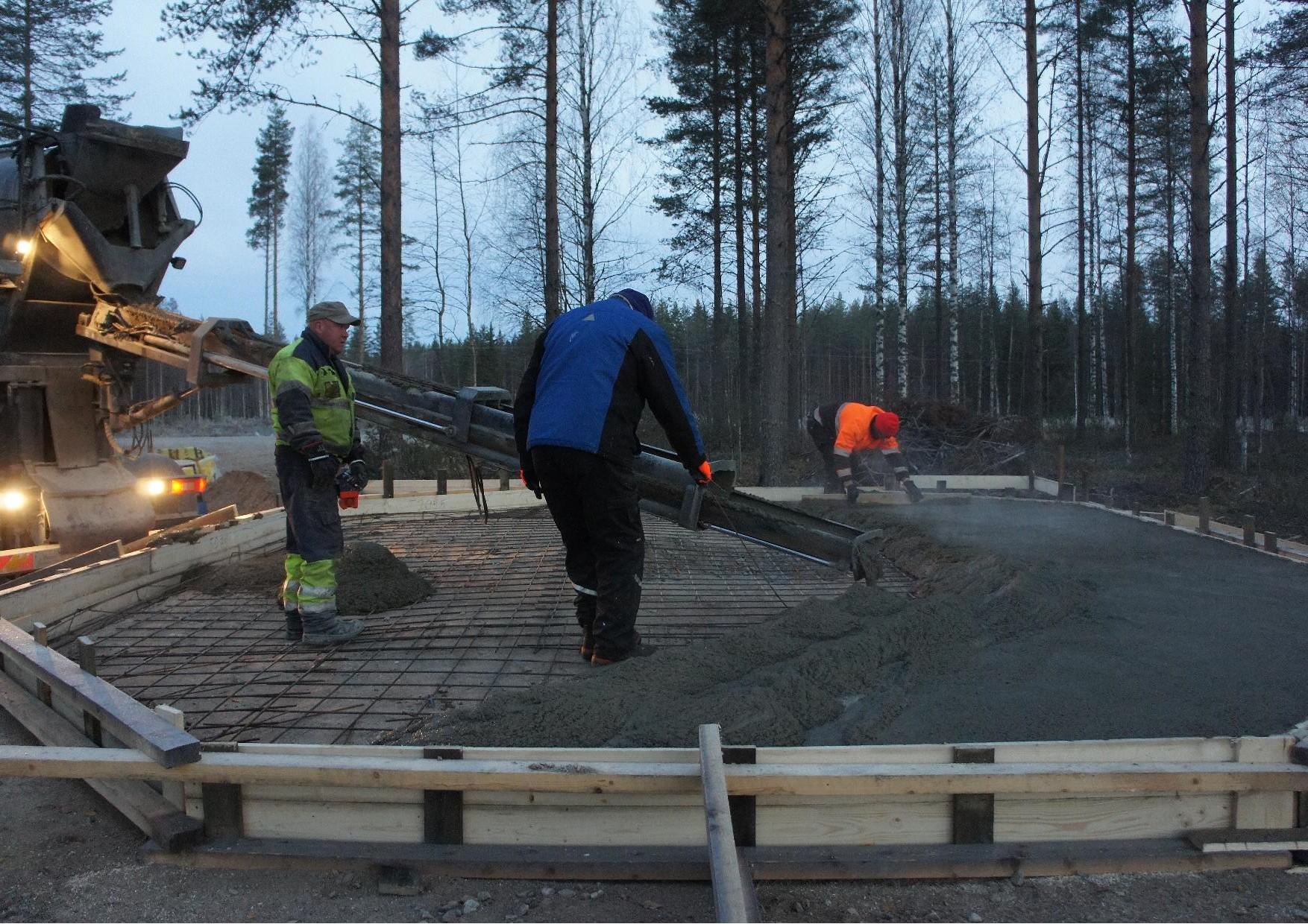 Valutyö hyvässä vauhdissa, nurmeslainen autonkuljettaja, Mauri Mönkkönen ja Matti Kilpeläinen.