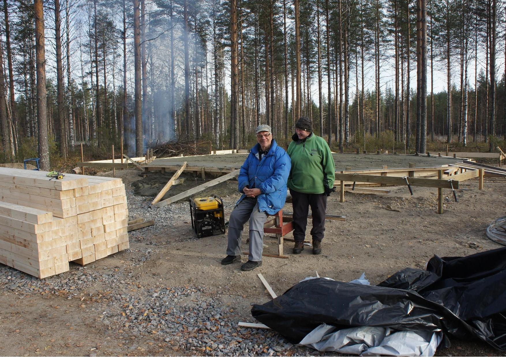 Lasse Nirhamo ja Päivi Putkonen pian valutyön valmistuttua.