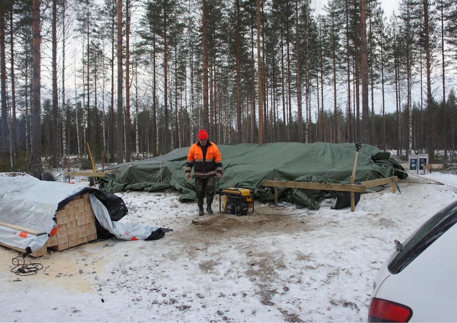 Matti Kilpeläinen yhdessä Nurmijärven kyläyhdistyksen puheenjohtaja Heikki Turusen kanssa saivat hirret valmistettua siten, että niiden asentaminen voidaan aloittaa heti kun kivijalka on kuivunut.