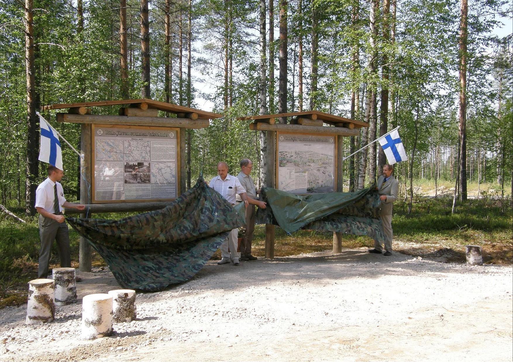 Jukolan motin opasteet on juuri paljastettu, vasemmalta, Leevi Kuokkanen, Pentti Kärkkäinen, Timo Laukkanen ja Antero Huttunen.