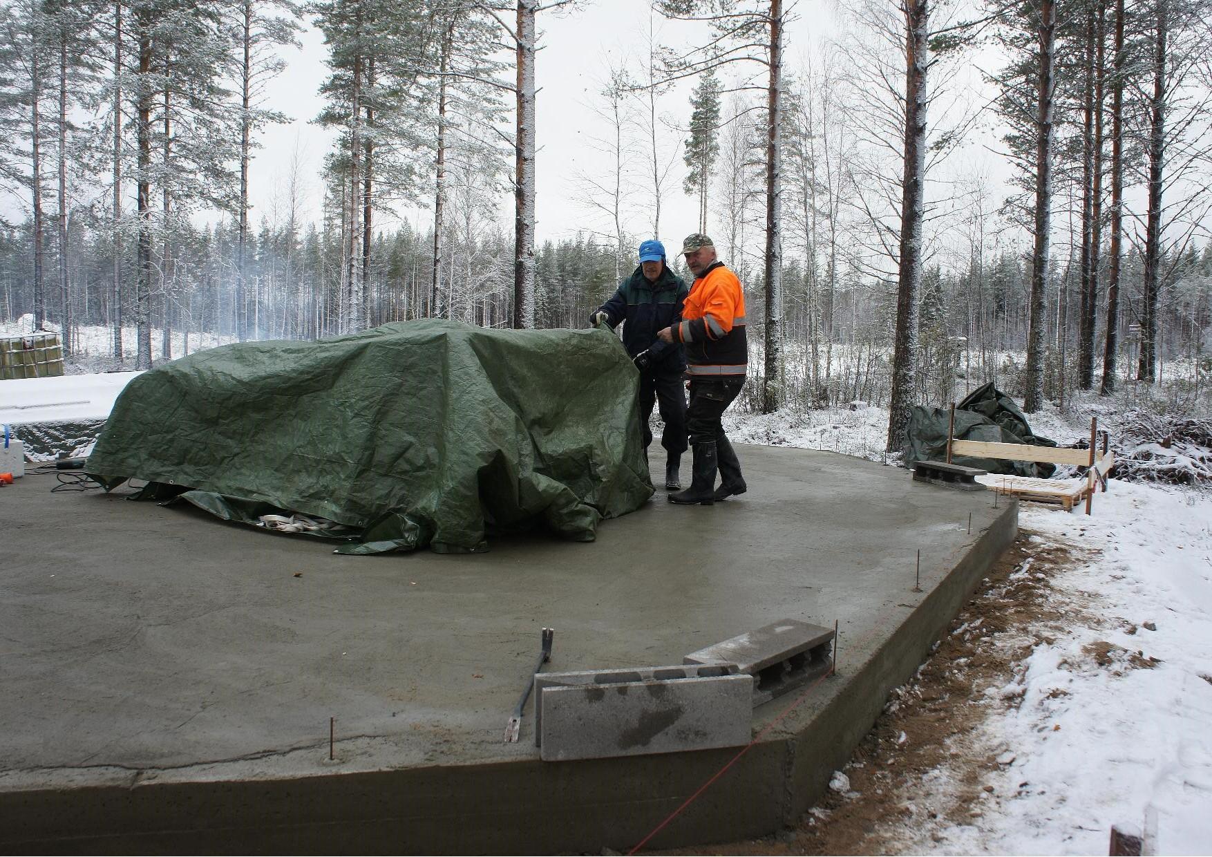 Hannu Huuskonen ja Matti Kilpeläinen valmistivat teltan, jossa harkot sulatettiin.