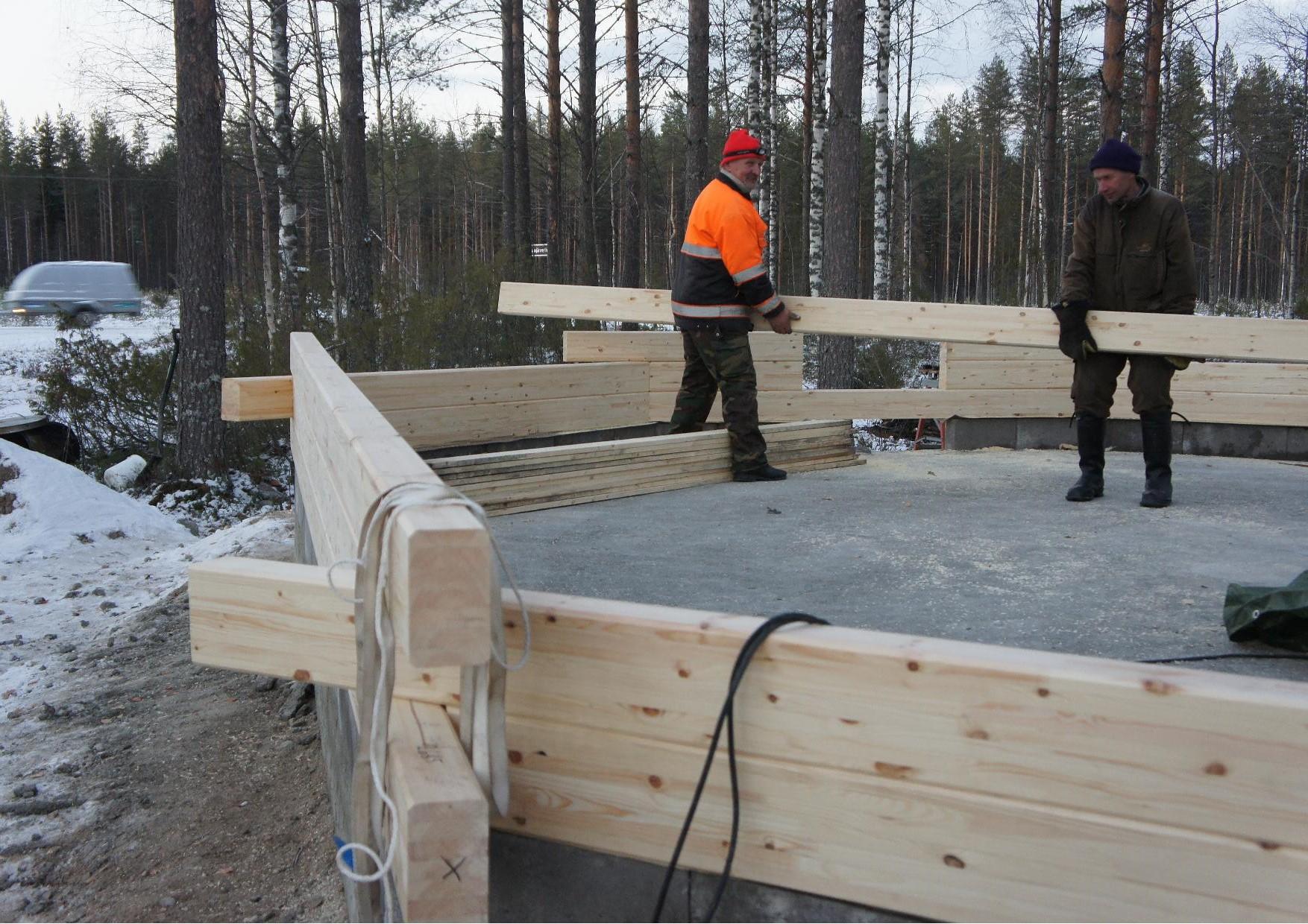Matti Kilpeläinen ja Tuomo Martikainen kantoivat hirsiä ja päivän päätteeksi oltiin oli asennettu kolme hirsikertaa.