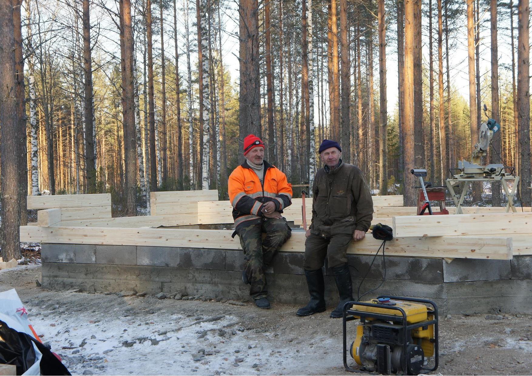 Matti Kilpeläinen ja Tuomo Martikainen tupakanmittaisella tauolla kesken ensihirsien asentamisen.