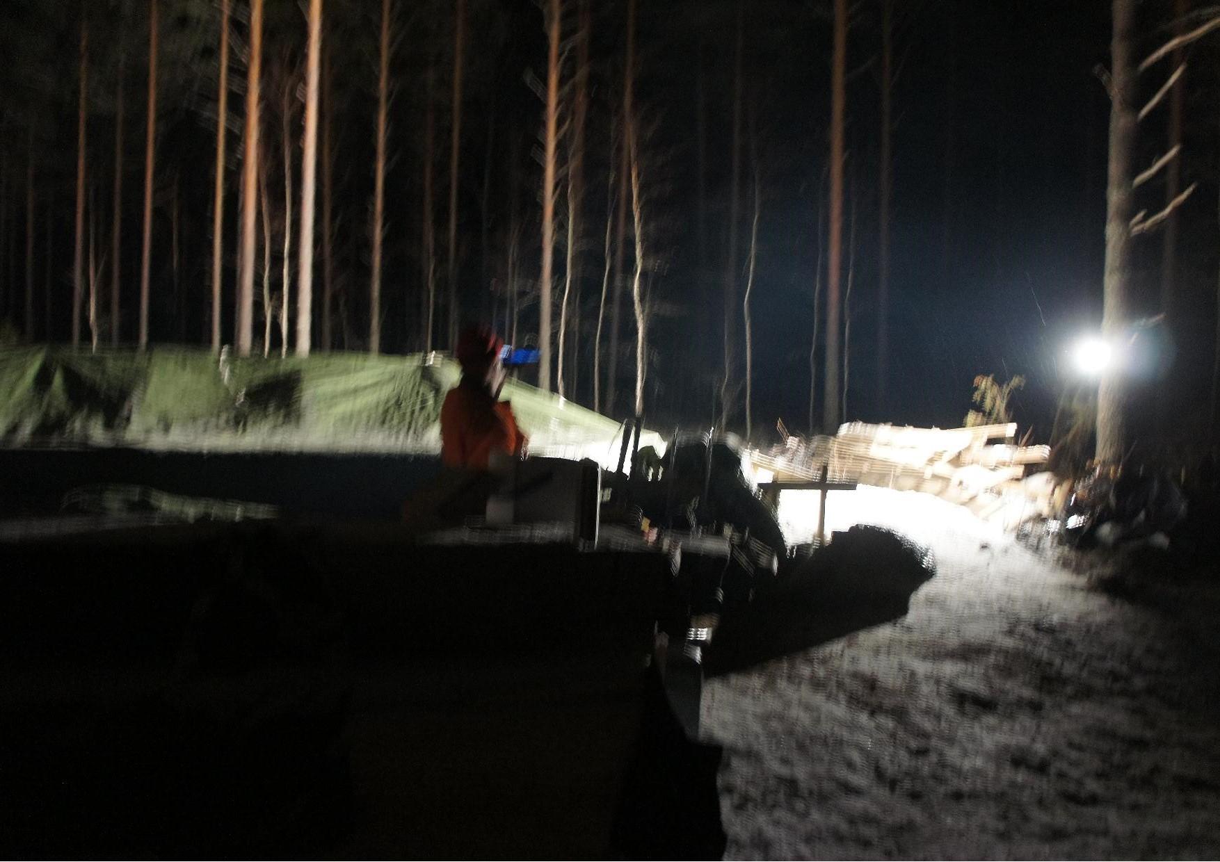 Harkkovalu valmistui klo 20.00. Matti Kilpeläinen tarkastelee valun päälle rakentamaansa telttaa, jonka suojissa kaasulämmitin pitää valun sulana ja huomenna voidaan aloittaa hirsiseinien pytyttäminen.