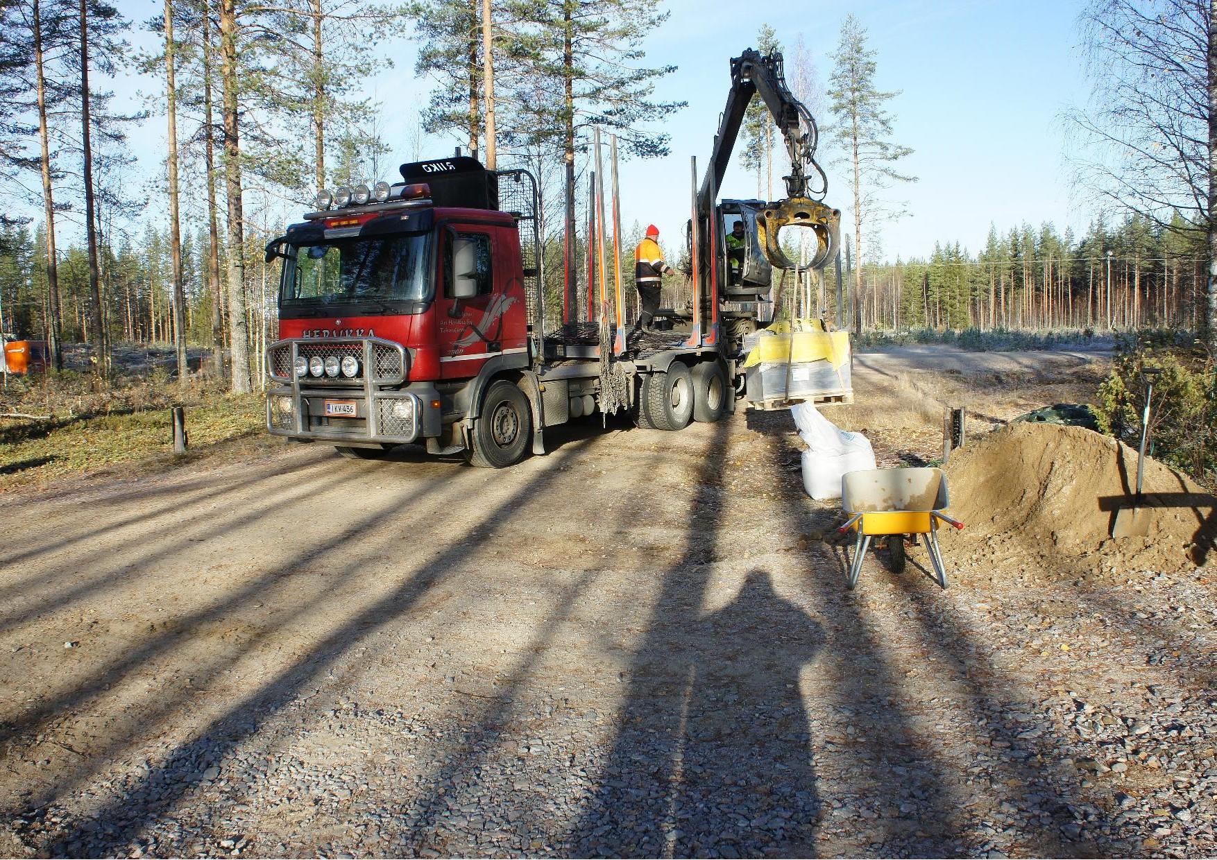 Kuorma-autoilija Ari Herukka toi rakennustarvikkeita Lieksasta.