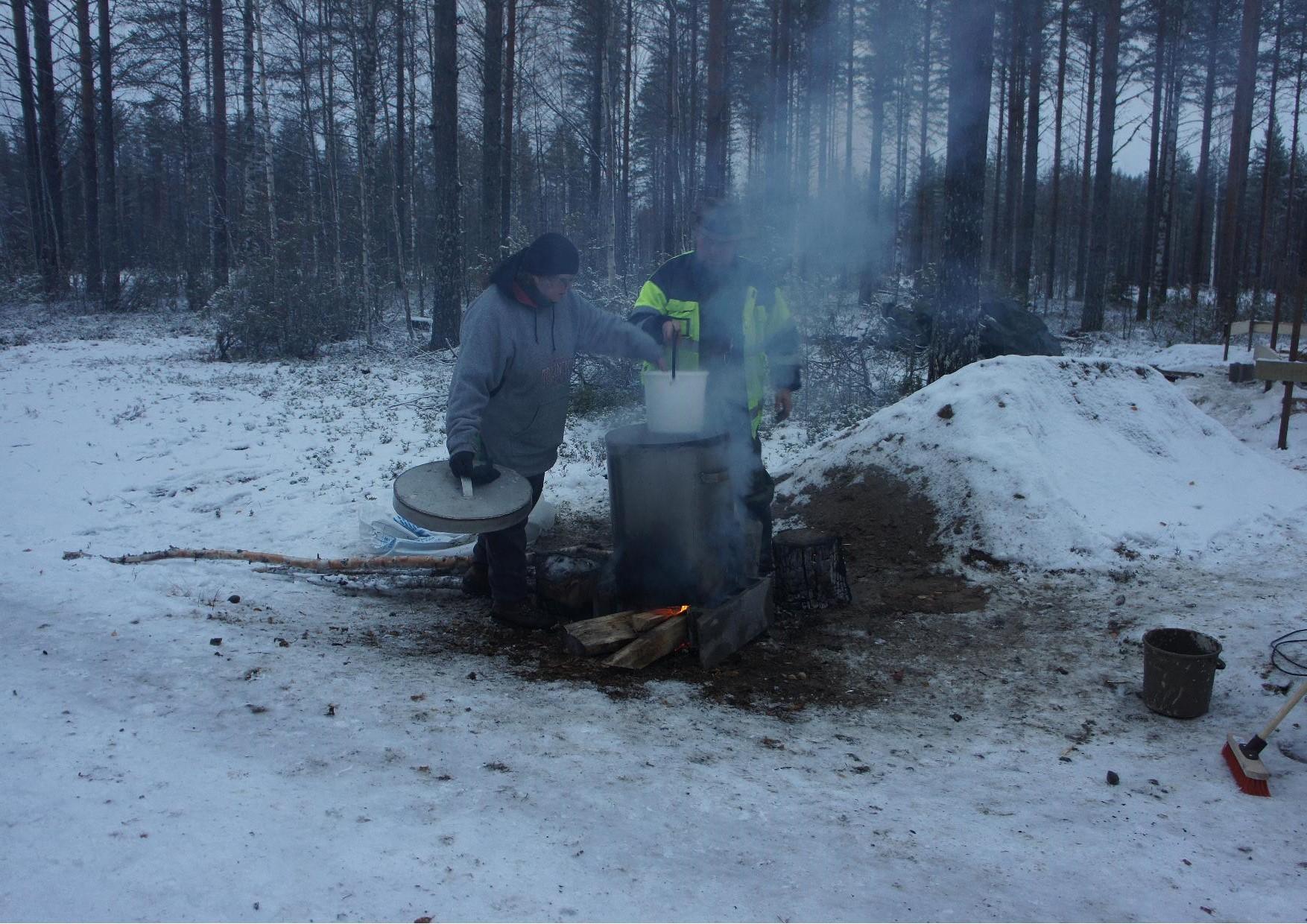 Päivi Putkonen ja Arto Räsänen valmistivat harkkovalulaastin. Vesi lämmitettiin nuotiolla.