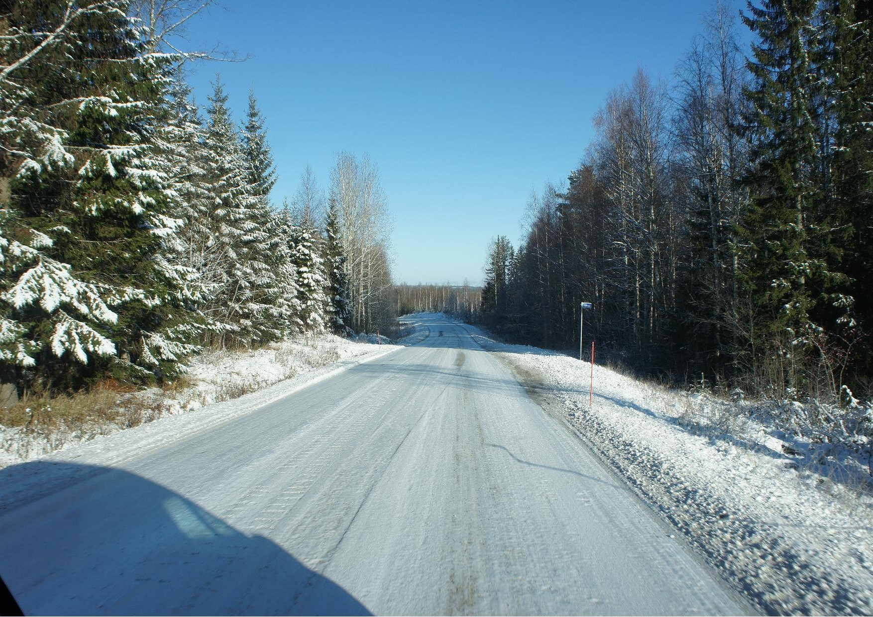 Rukajärven tie kulkee kauniissa maisemassa.