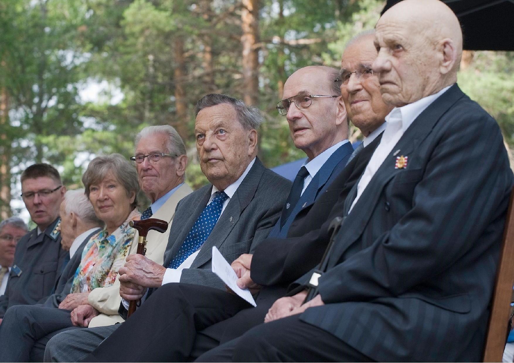 Paavo Salmensuu osallistui Lieksan Rukajärvi-keskuksen avajaisiin 2.7.2013. Vasemmalta mm. veteraanit Aulis Lintunen, Jaakko Valtanen, Ermei Kanninen, Paavo Salmensuu, Olvi Tiittanen ja Kalle Sutinen.