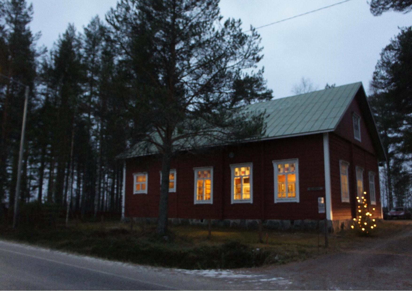 Seuralan talo Nurmijärven keskustassa juhlavalaistuksessa. Rukajärven tie näyttely avattiin klo 13.
