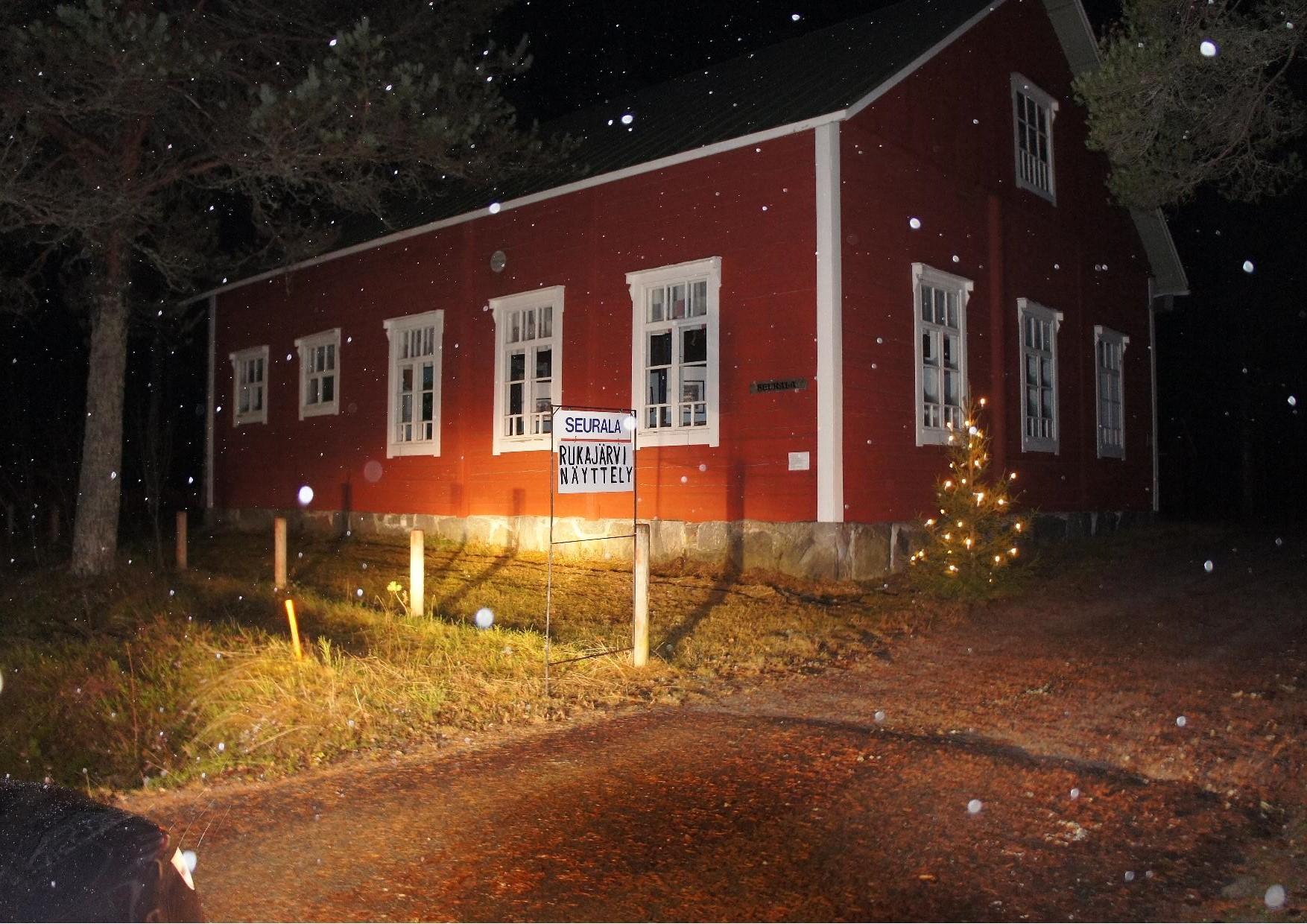 Seurala, Nurmijärven keskustassa, jossa avattiin Rukajärven tie valokuvanäyttely