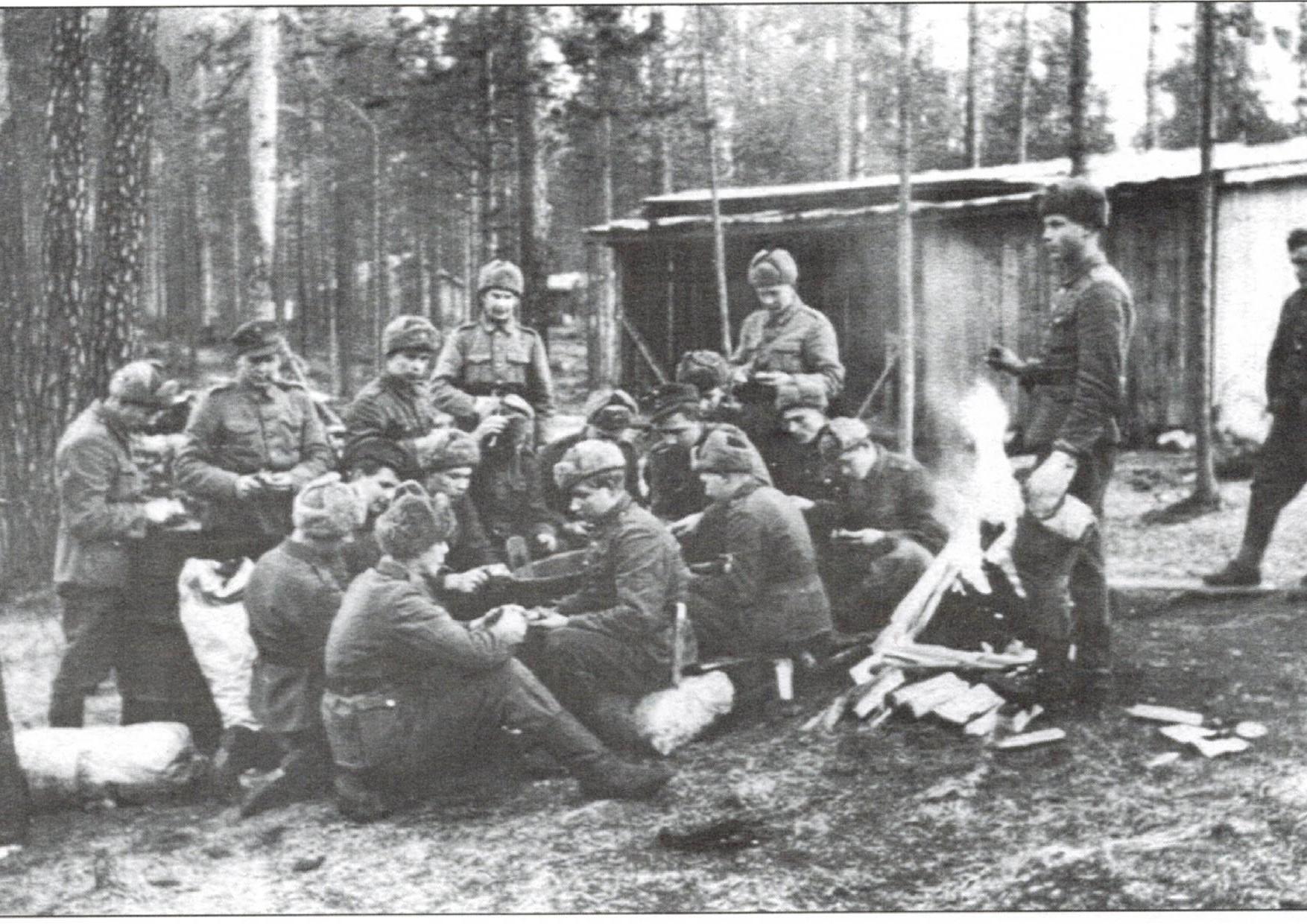 Nuorten miesten perunateatteri käynnissä Jukolan motissa Nurmeksen lähellä syksyllä 1943.  (Kuva Pekka Niemi).