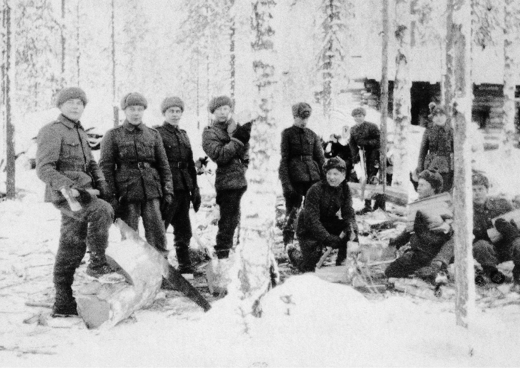 Polttopuun tekoa Jukolan Motissa. Kuvan henkilöistä ei ole tietoa. Kuvan Jorma Kauppisen arkistosta.