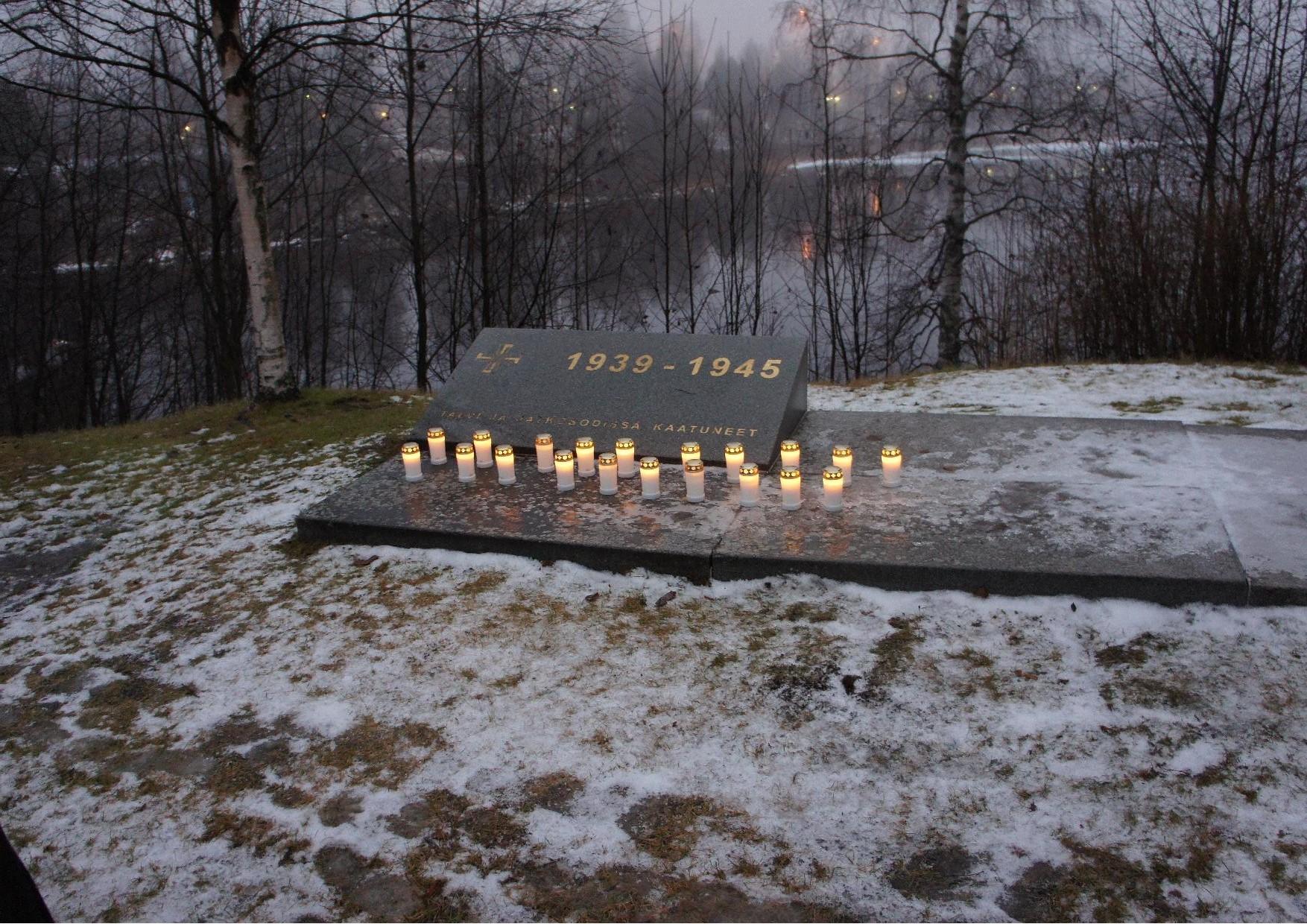 Oppilaitten kynttilät sytytettiin Talvi - ja Jatkosodassa kaatuneitten  v. 1939 - 1945 muistomerkille. Sen on suunnitellut arkkitehti Hannu Puurunen.