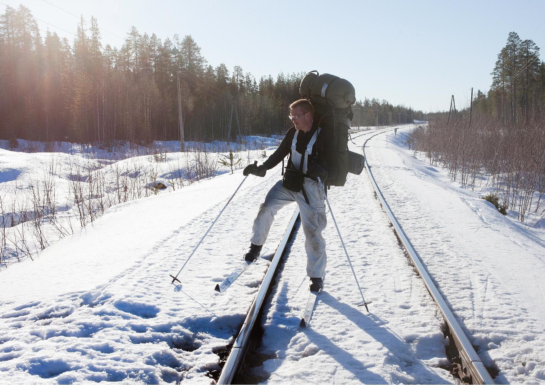 Isto Turpeinen ylittää Voloma Muujärvi radan