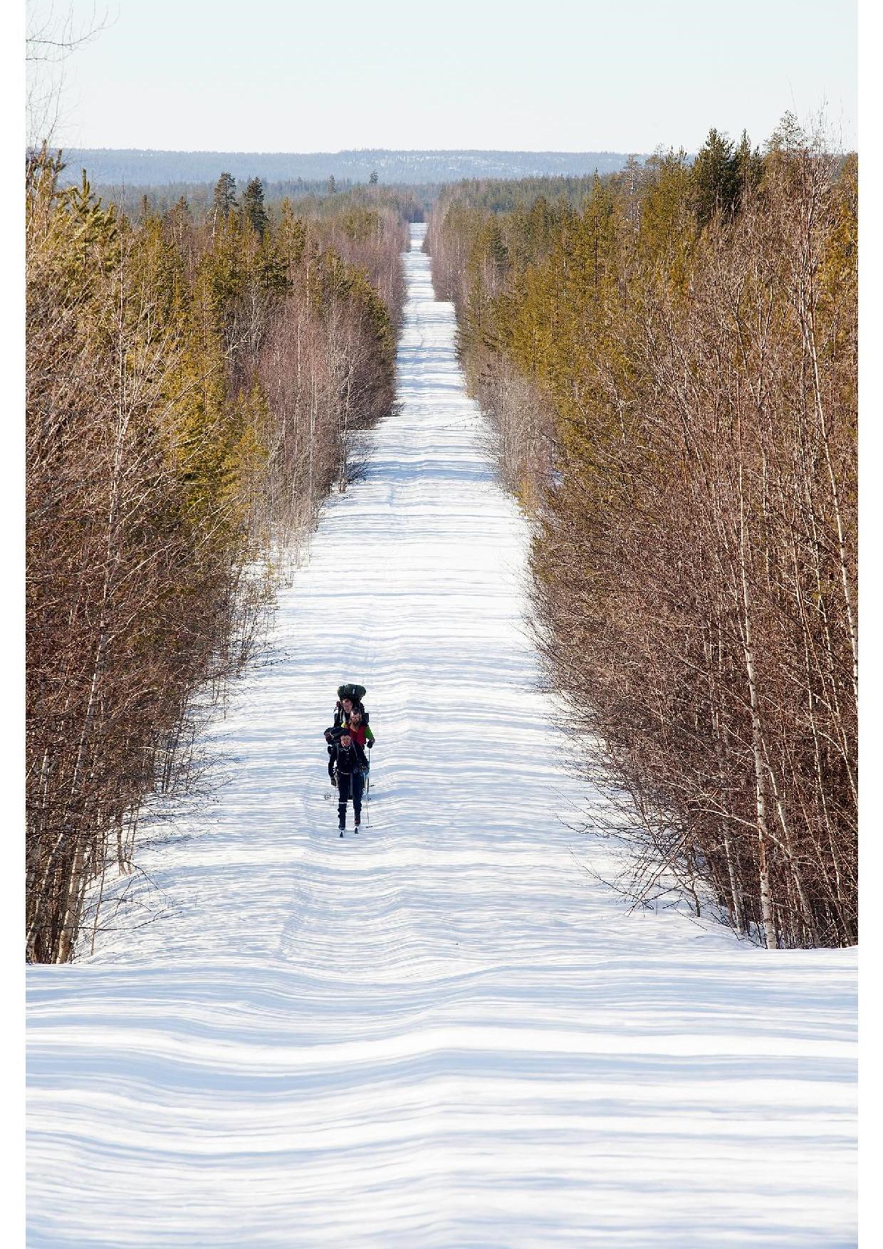 Ryhmä Pieninkä hiihtää vanhaa Pieninkä Honkaniemi uraa