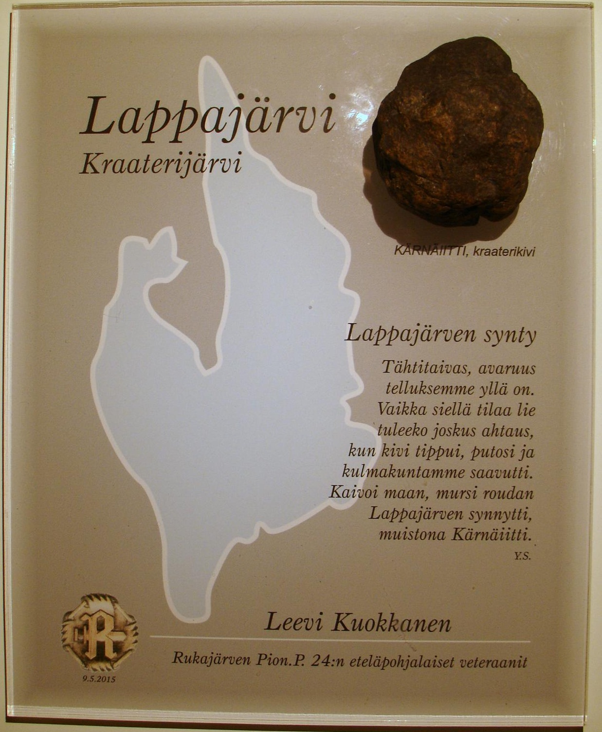 PionP. 24:n veteraanikilta luovutti arkkitehti Mikko Päällysahon suunnitteleman muistotaulun, johon on liinnitetty Lappajärven KÄRNÄIITTI, kraaterikivi. Muistolaatassa on lisäksi Yrjö Savolan kirjoittama runo.