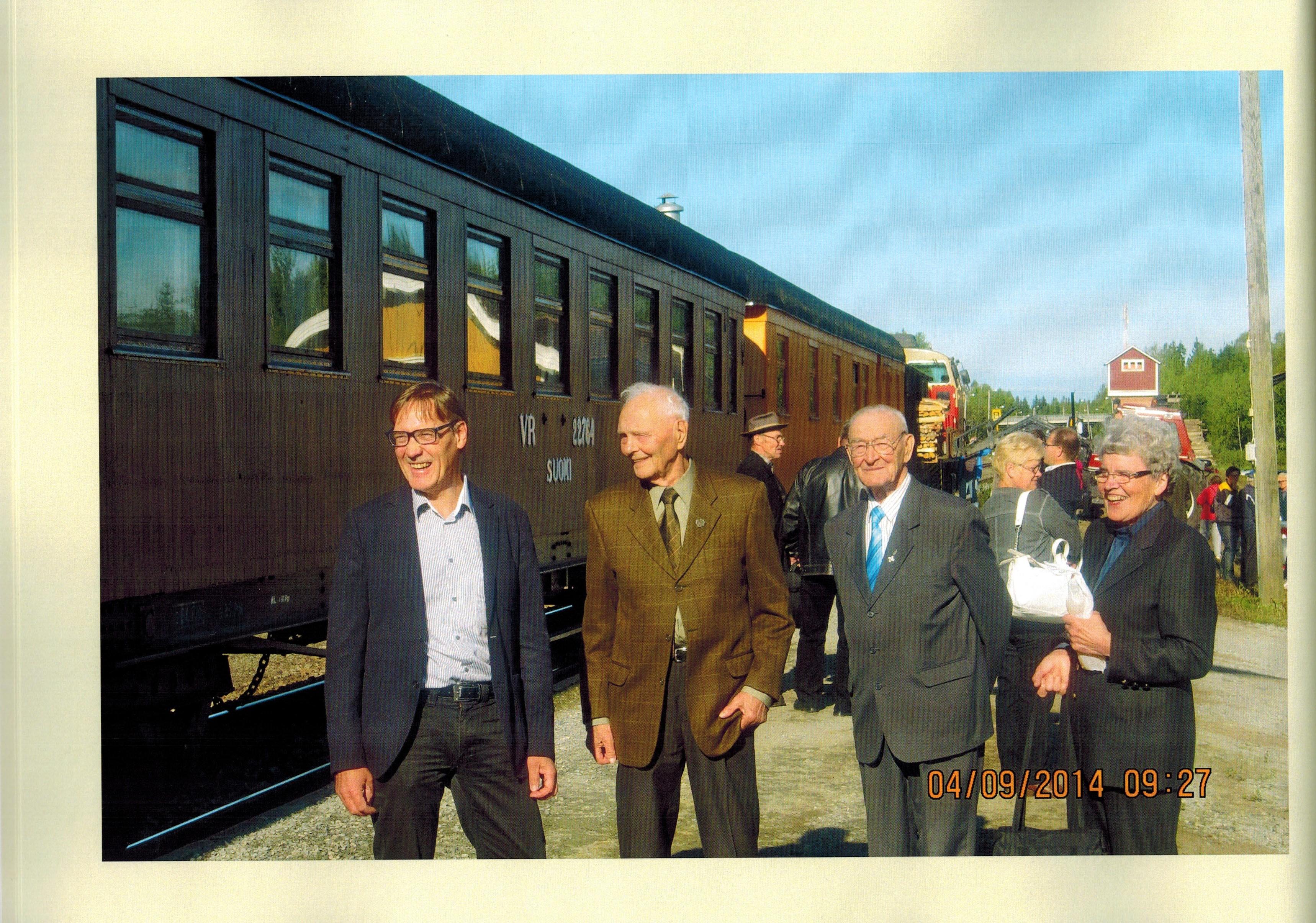 Pioneerit lähdössä Kiuruveden asemalta Lieksaan 4.9.2014. Mikko Päällysaho, Aarre Öörni ja Toivo Pekkala sekä Kerttu Öörni. Kuva Riitta Päällysaho.